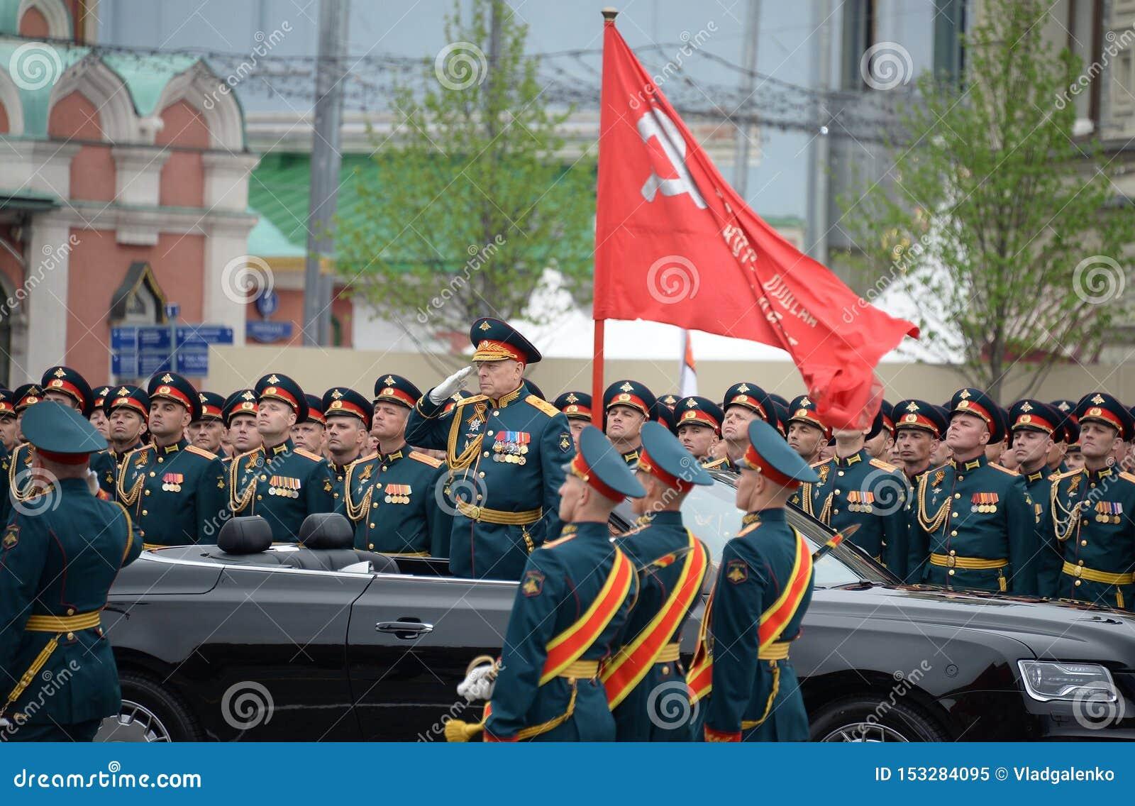 """Διοικητής--προϊστάμενος των δυνάμεων Στρατού Ξηράς του στρατού Ρωσικής Ομοσπονδίας στρατηγός Oleg Salyukov στο αυτοκίνητο """"Aurus"""