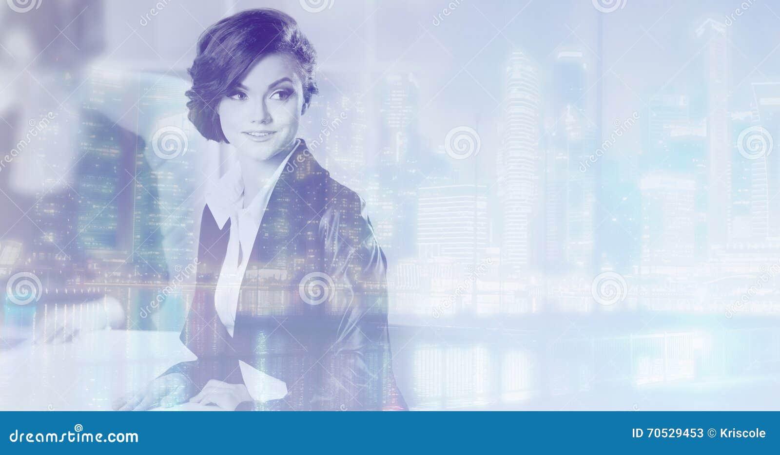 Διπλή έννοια έκθεσης με την επιχειρησιακές γυναίκα και τη μητρόπολη στο υπόβαθρο Με τα ειδικά αποτελέσματα φωτισμού