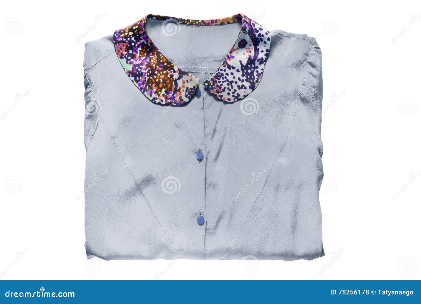 Διπλωμένη μπλούζα που απομονώνεται