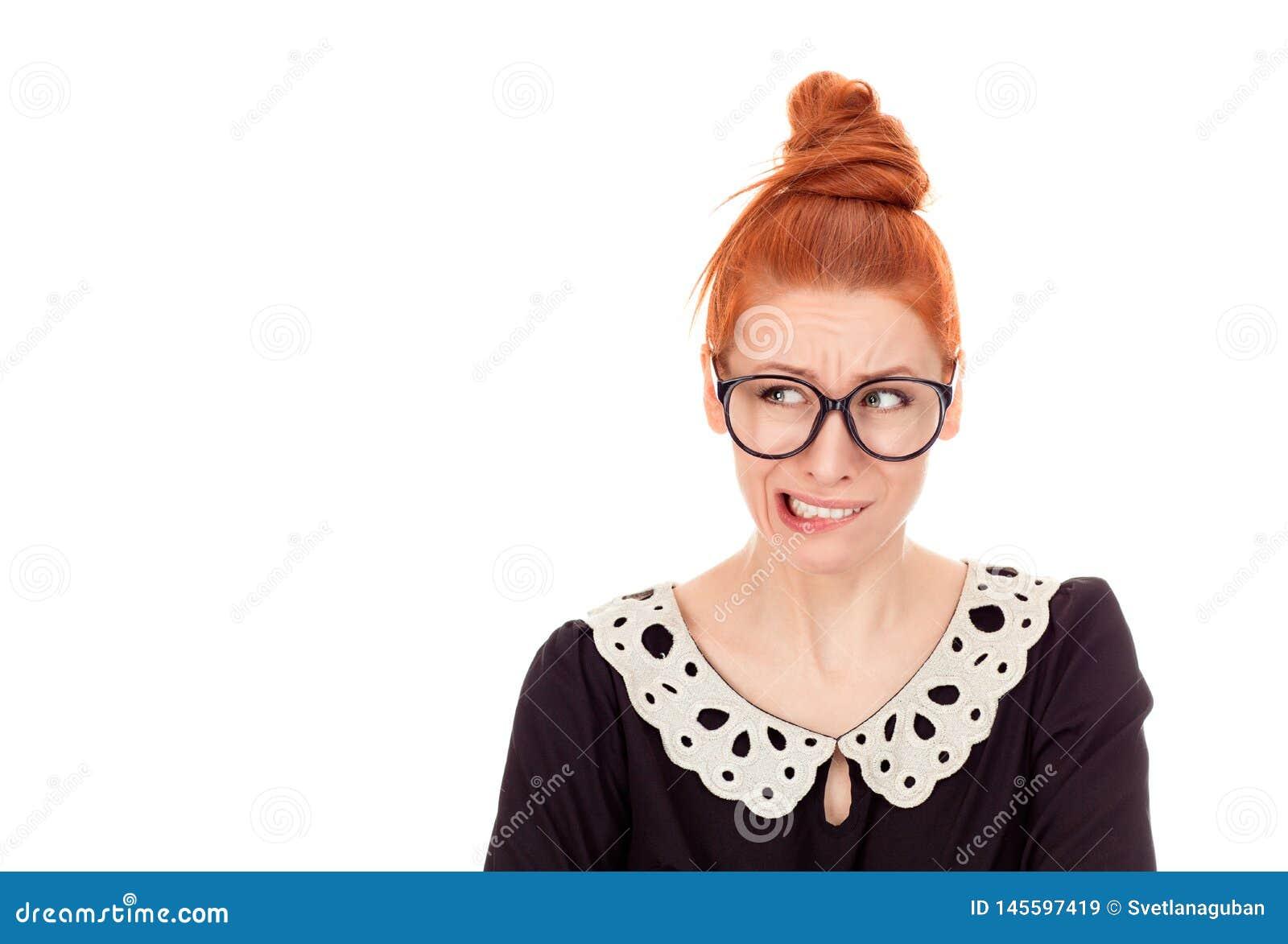 Διστακτικά χείλια δαγκώματος γυναικών που ποθούν για κάτι ή ανήσυχα