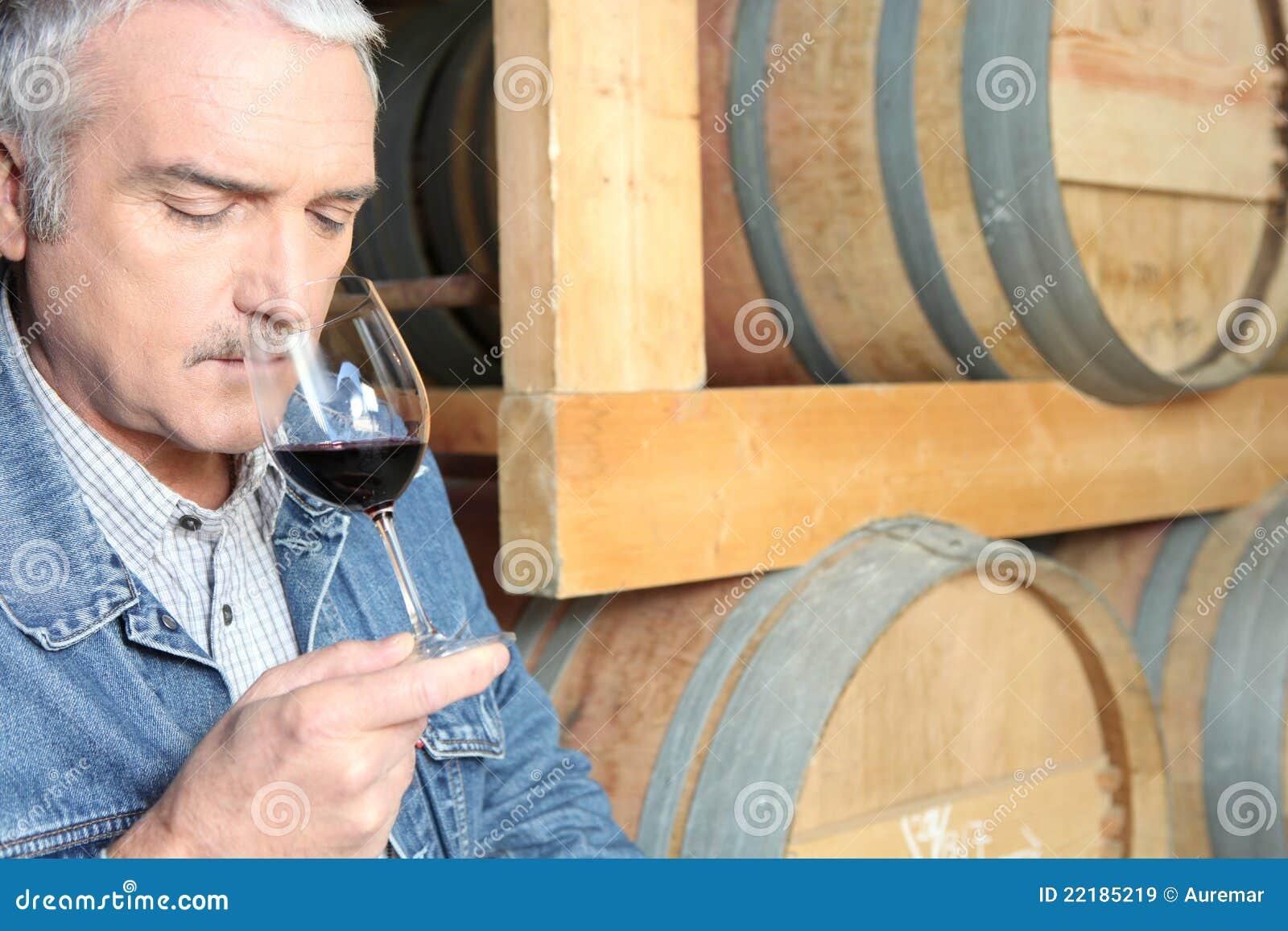 Δοκιμή κρασιού ατόμων στο κελάρι