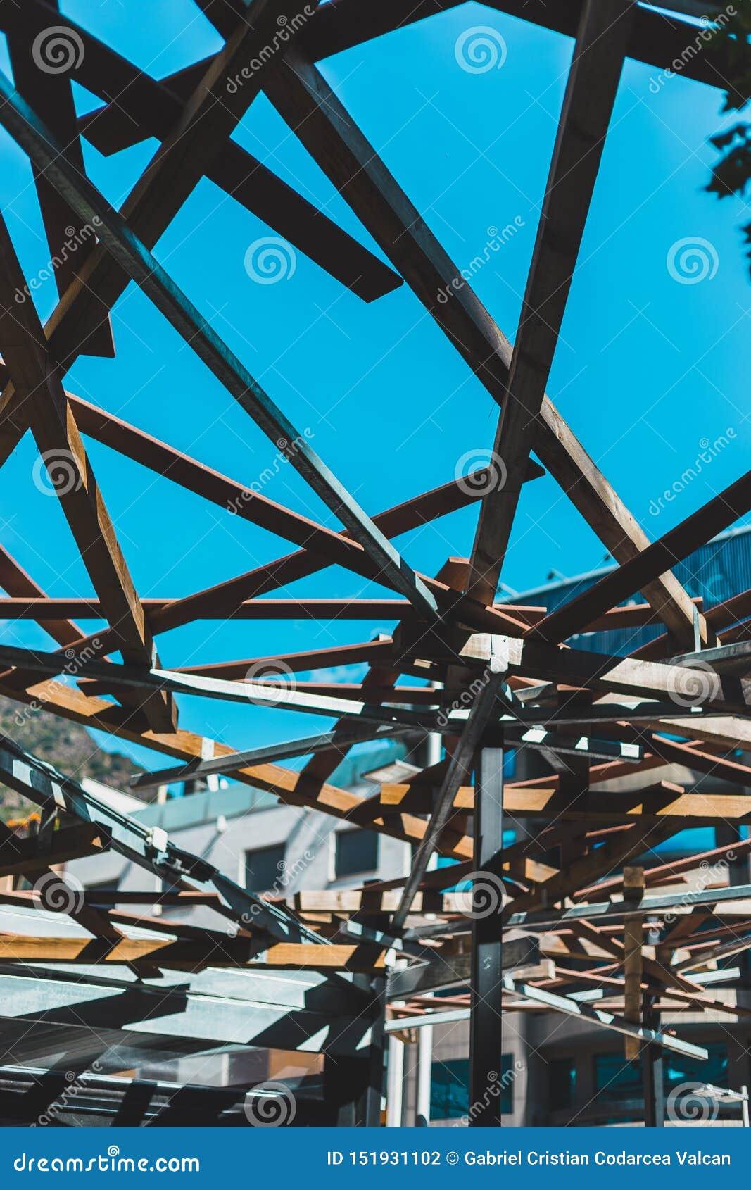 Δομή αρχιτεκτονικής με το ξύλο από κάτω από
