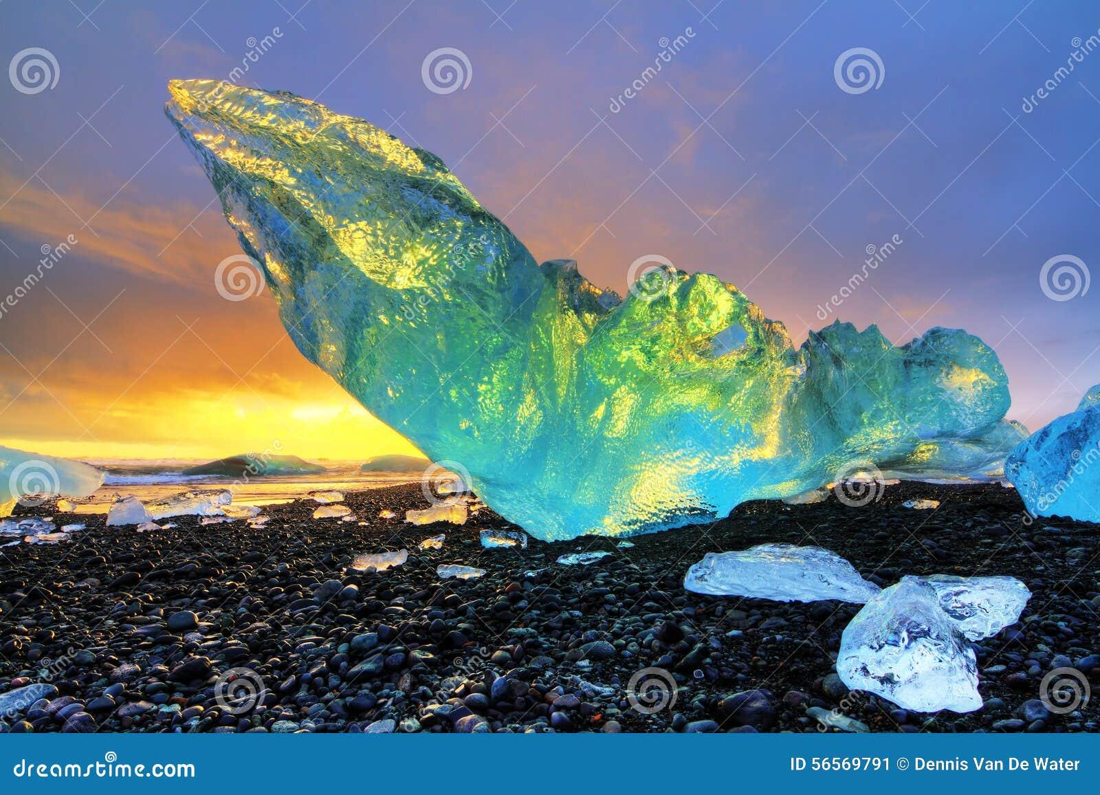 Download Δονούμενο παγόβουνο Ισλανδία Στοκ Εικόνα - εικόνα από άμμος, χρώματα: 56569791