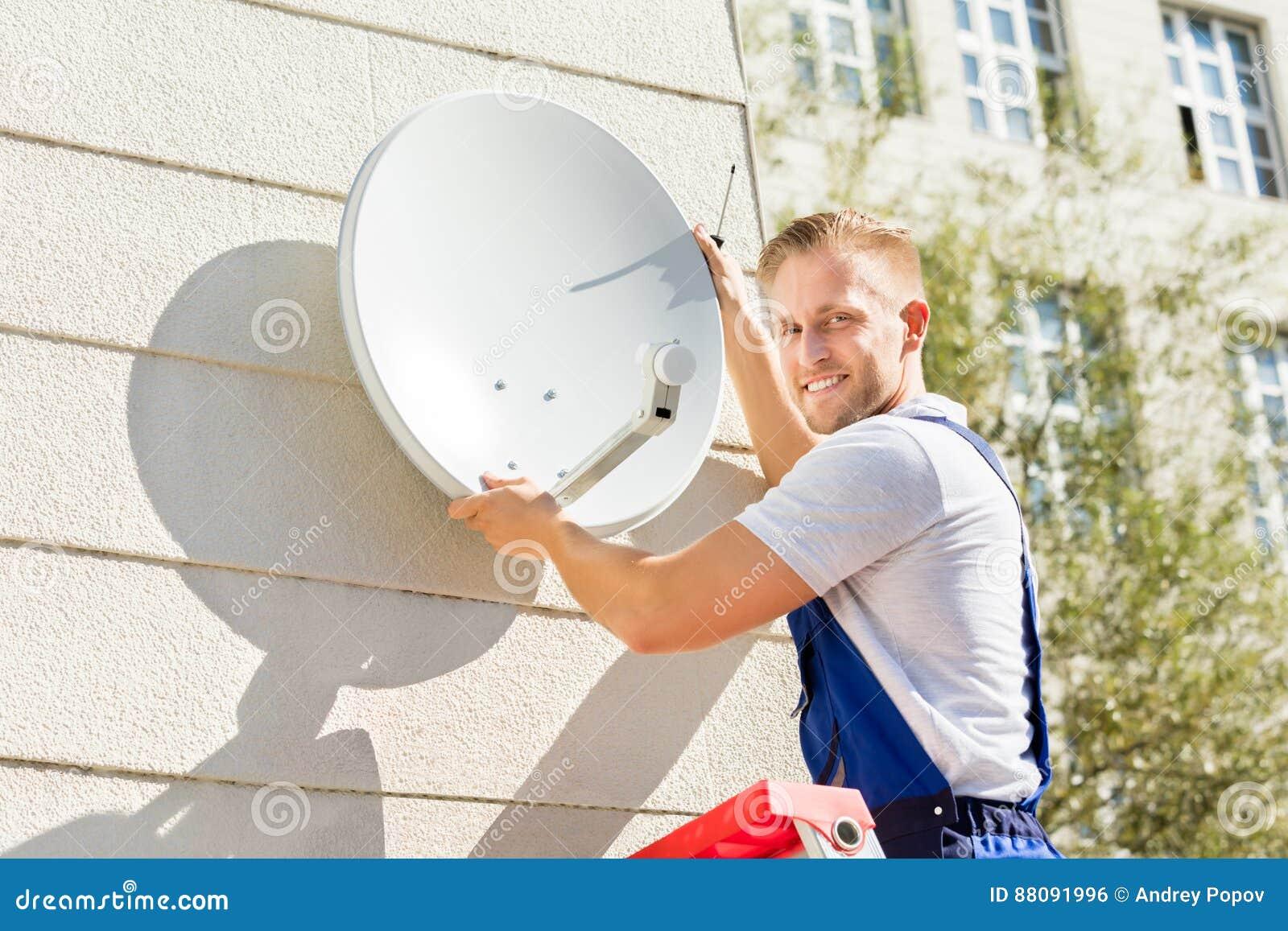 Δορυφορικό πιάτο TV συναρμολογήσεων ατόμων