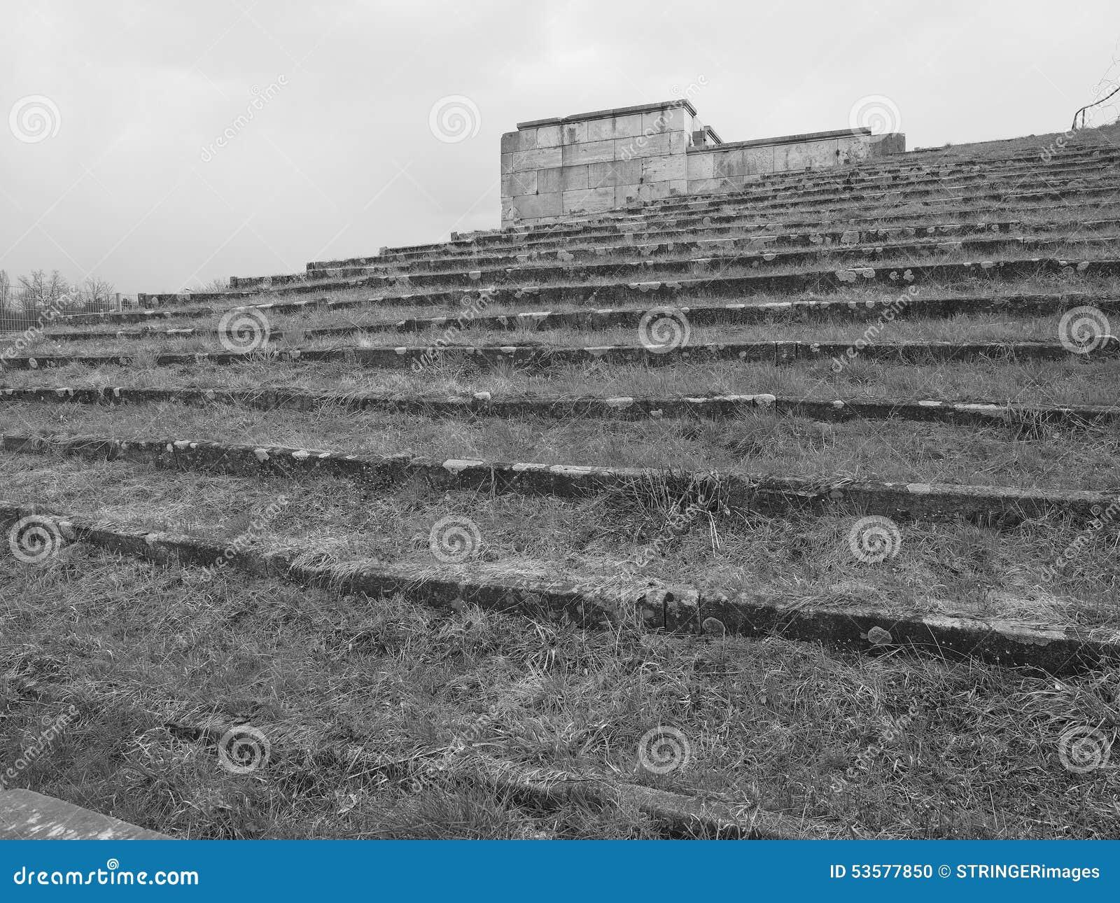 Δραματική άποψη επάνω τα βήματα θεατών που περιβάλλουν τους προηγούμενους ναζιστικούς λόγους συνάθροισης κόμματος