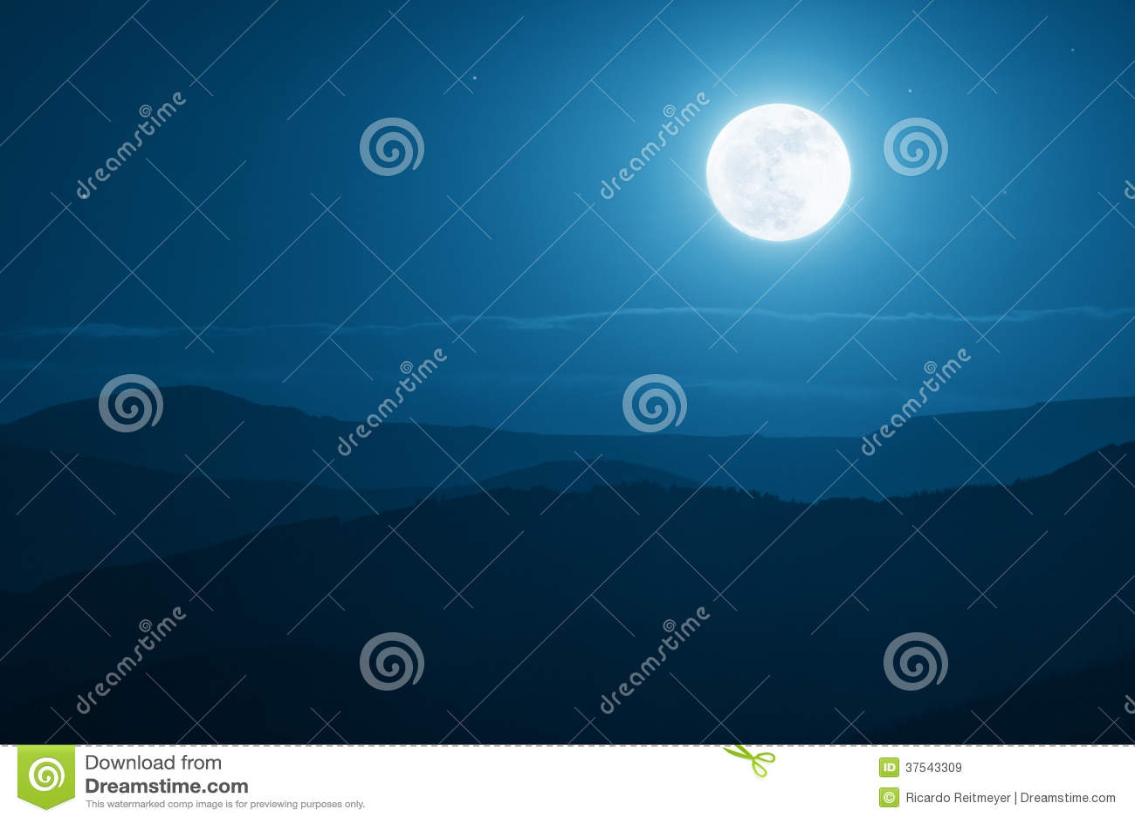 Δραματική ανατολή του φεγγαριού βουνών με το βαθιούς μπλε ουρανό και τις σκιές