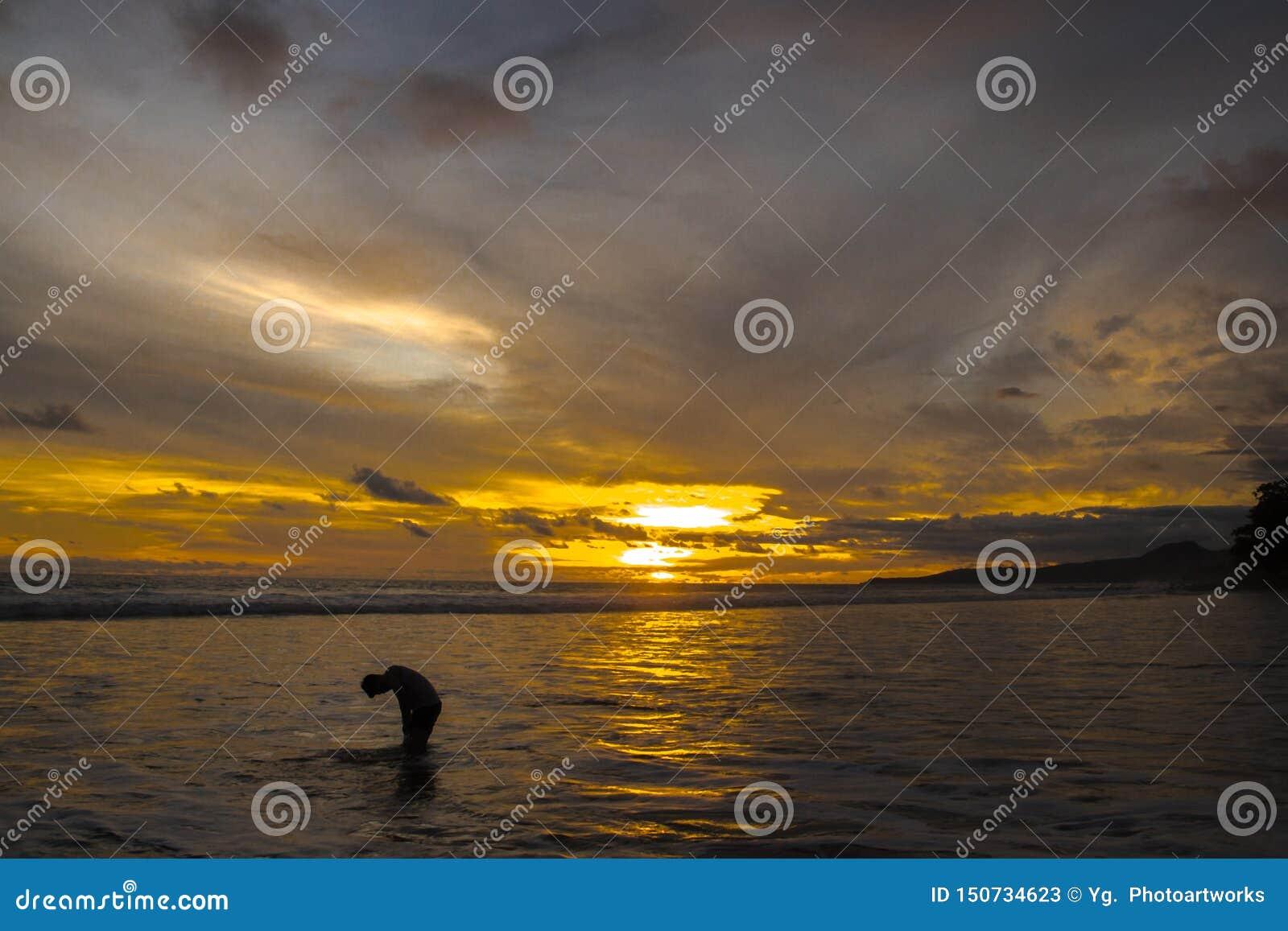 Δραματική σκηνή σκιαγραφιών στο χρυσό ηλιοβασίλεμα