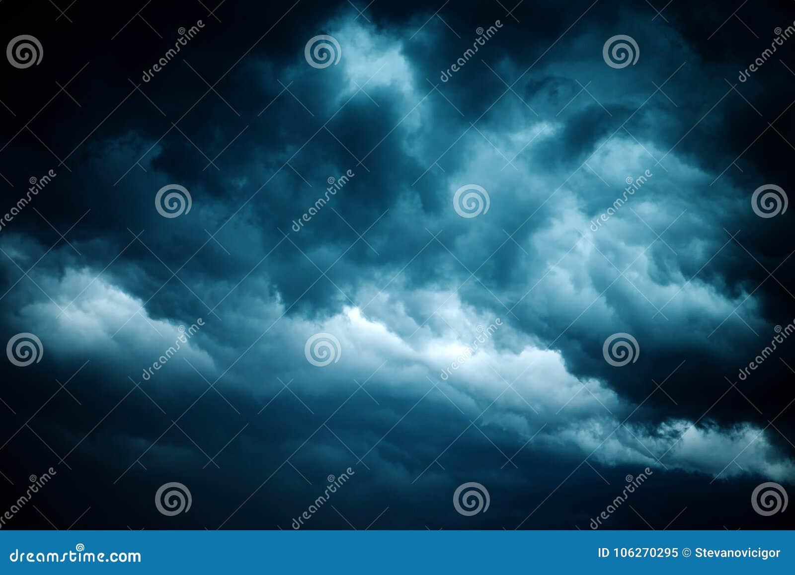 Δραματικός θυελλώδης ουρανός, σκοτεινά σύννεφα πριν από τη βροχή