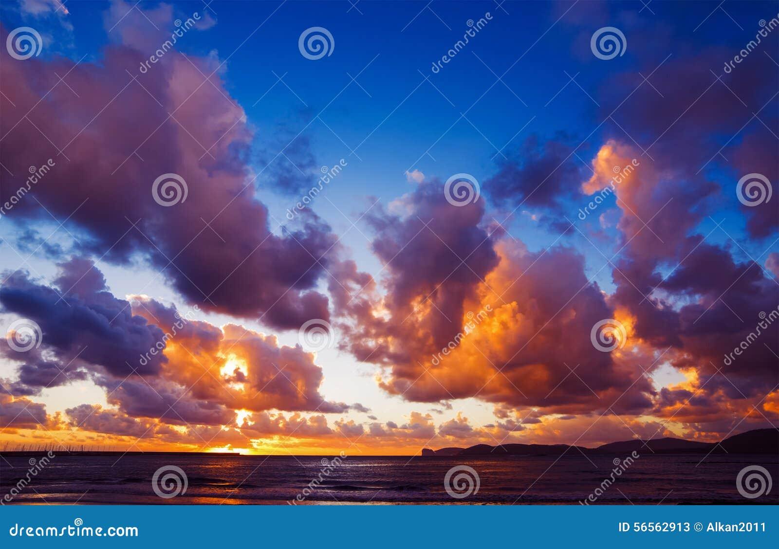 Download Δραματικός ουρανός πέρα από την ακτή Alghero στο ηλιοβασίλεμα Στοκ Εικόνα - εικόνα από πρωί, σαρδηνία: 56562913