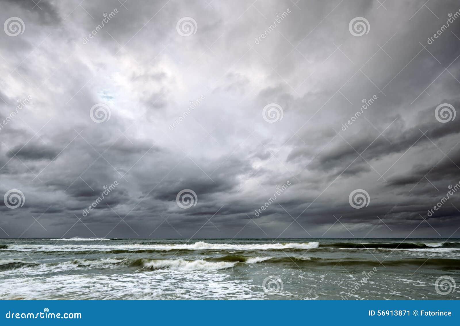 Δραματικός ουρανός πέρα από τη θάλασσα της Βαλτικής