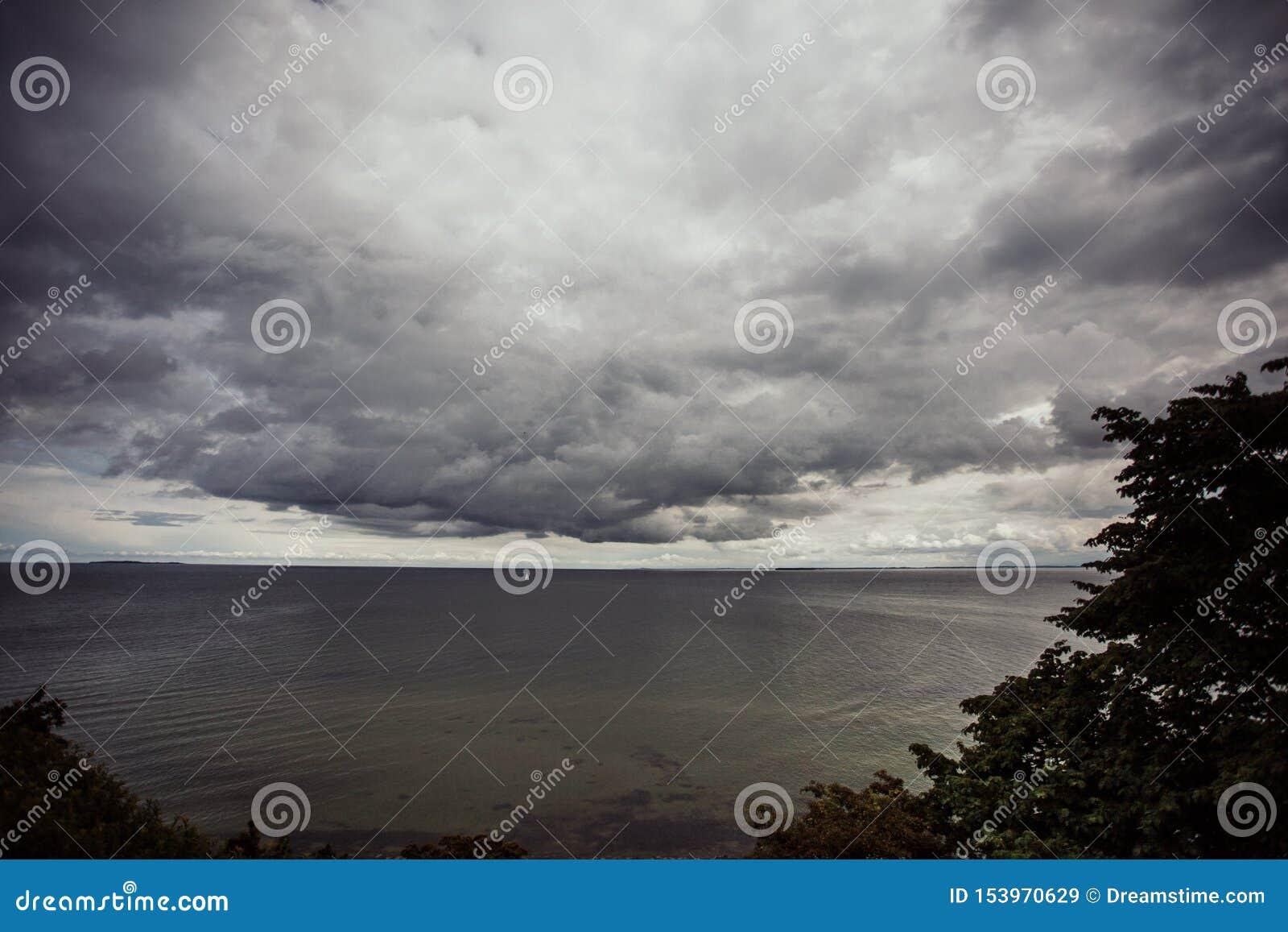 Δραματικός ουρανός στην ακτή