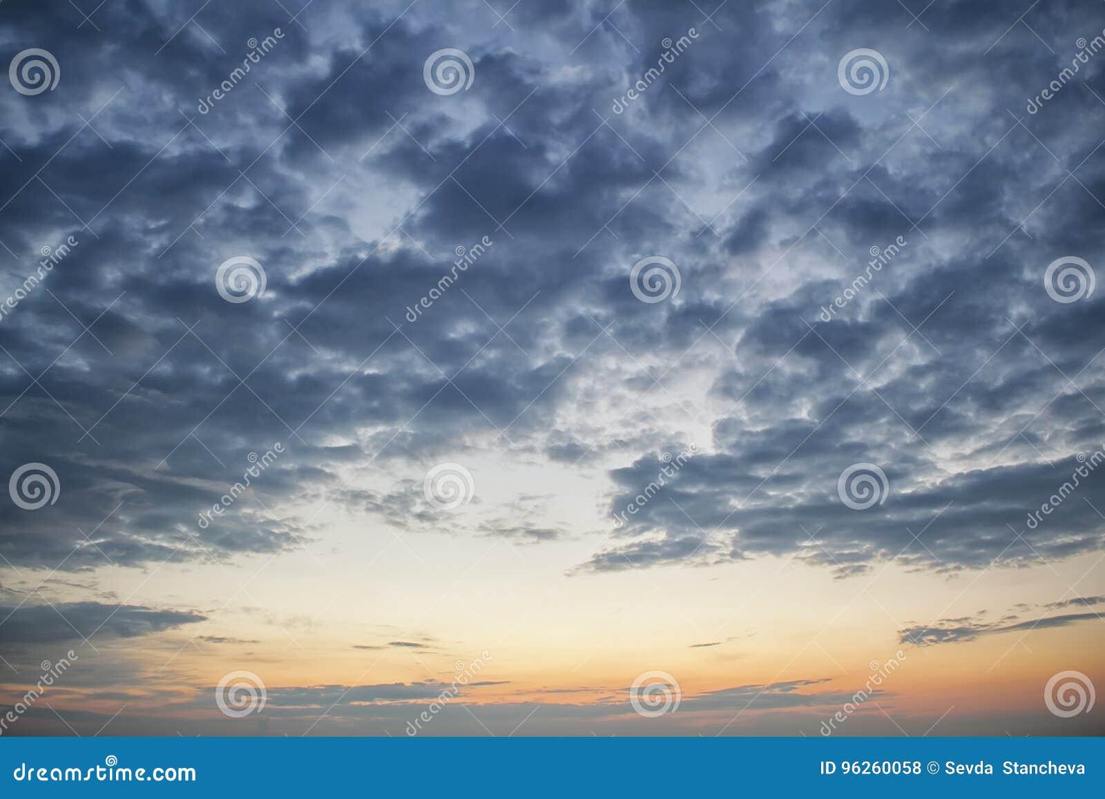 Δραματικός σκοτεινός νεφελώδης ουρανός πέρα από τη θάλασσα, φυσικό υπόβαθρο φωτογραφιών Σκοτεινό υπόβαθρο σύννεφων θύελλας