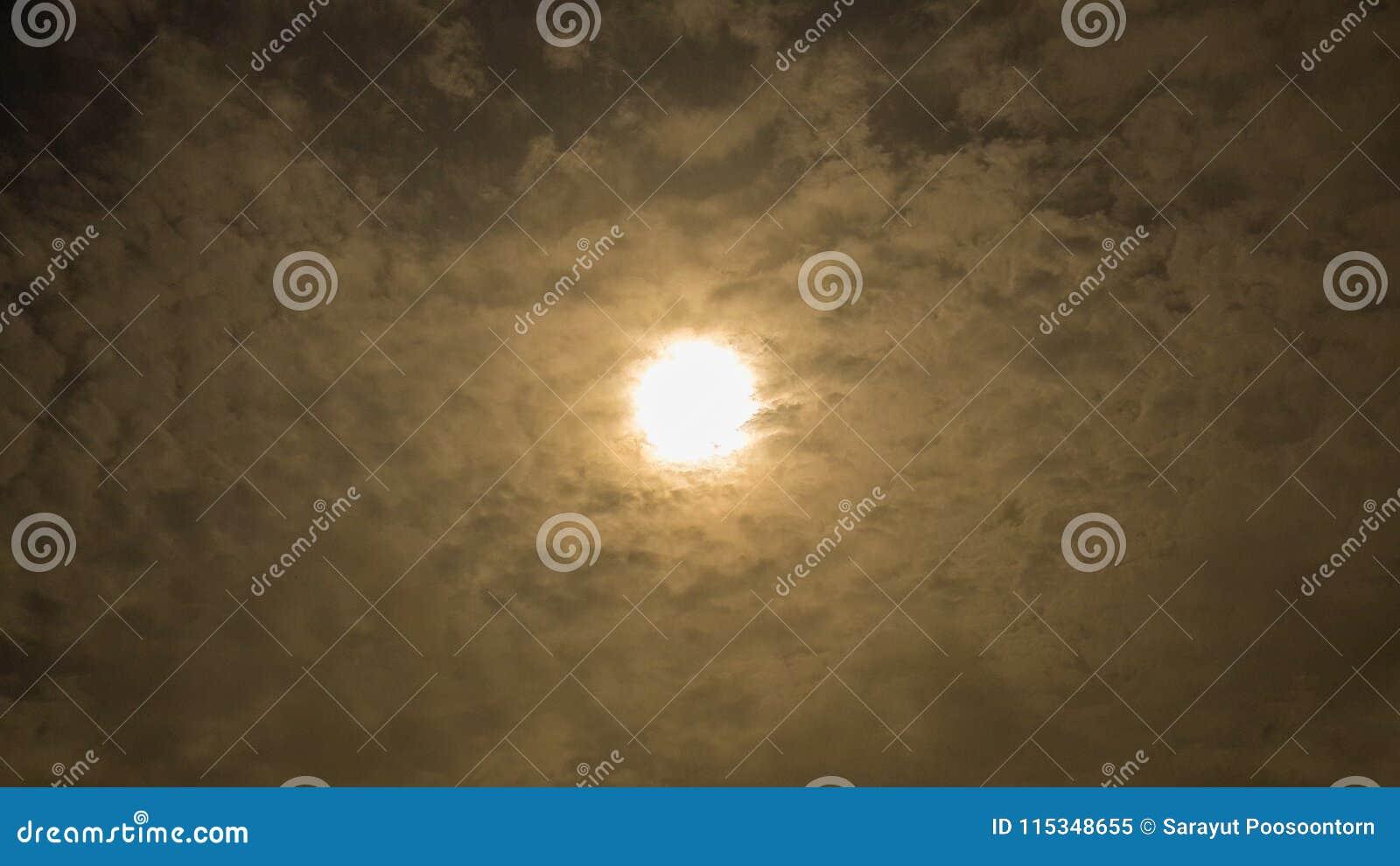 Δραματικό εντυπωσιακό και όμορφο υπόβαθρο, σύσταση Ήλιος φωτεινός πίσω από τα μαλακά σύννεφα Σκοτεινός ουρανός με τα φωτεινά σύνν