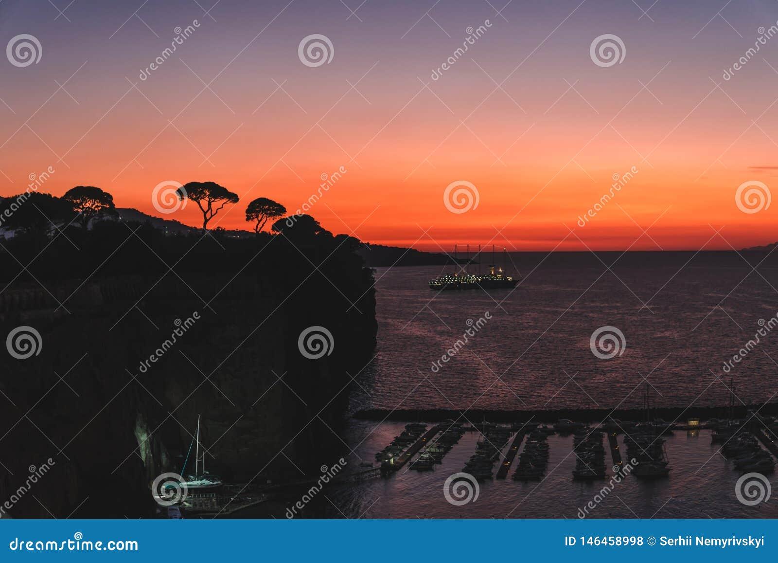 Δραματικό ηλιοβασίλεμα πέρα από τα βουνά και τη θάλασσα του κόλπου Ιταλία Σορέντο