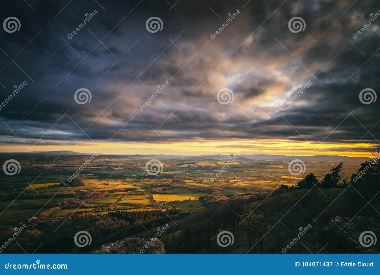 Δραματικό ηλιοβασίλεμα πέρα από τη βρετανική επαρχία