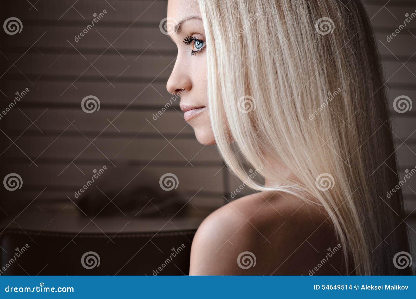 Δραματικό πορτρέτο ενός θέματος κοριτσιών: πορτρέτο ενός όμορφου μόνου κοριτσιού που απομονώνεται σε ένα άσπρο υπόβαθρο στο στούν