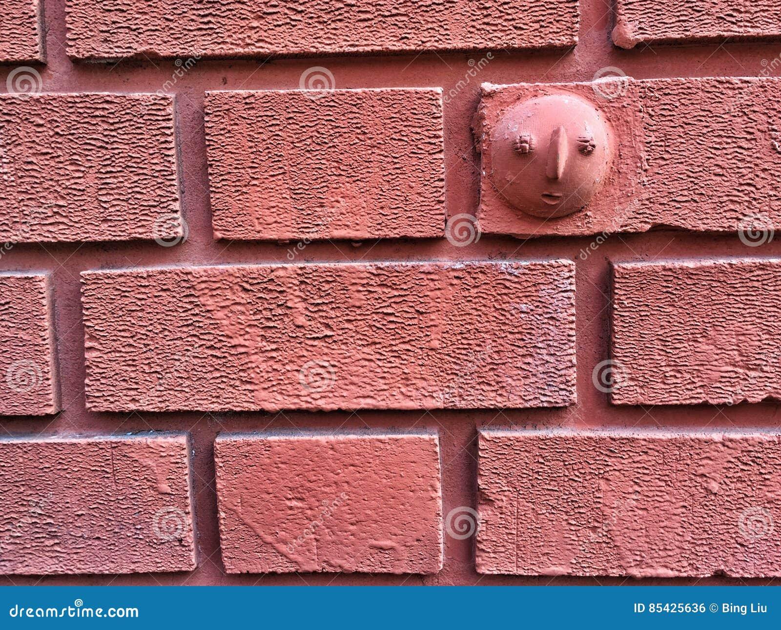 Δραματικό τούβλινο υπόβαθρο τοίχων κεραμιδιών με την τυπωμένη ύλη χεριών