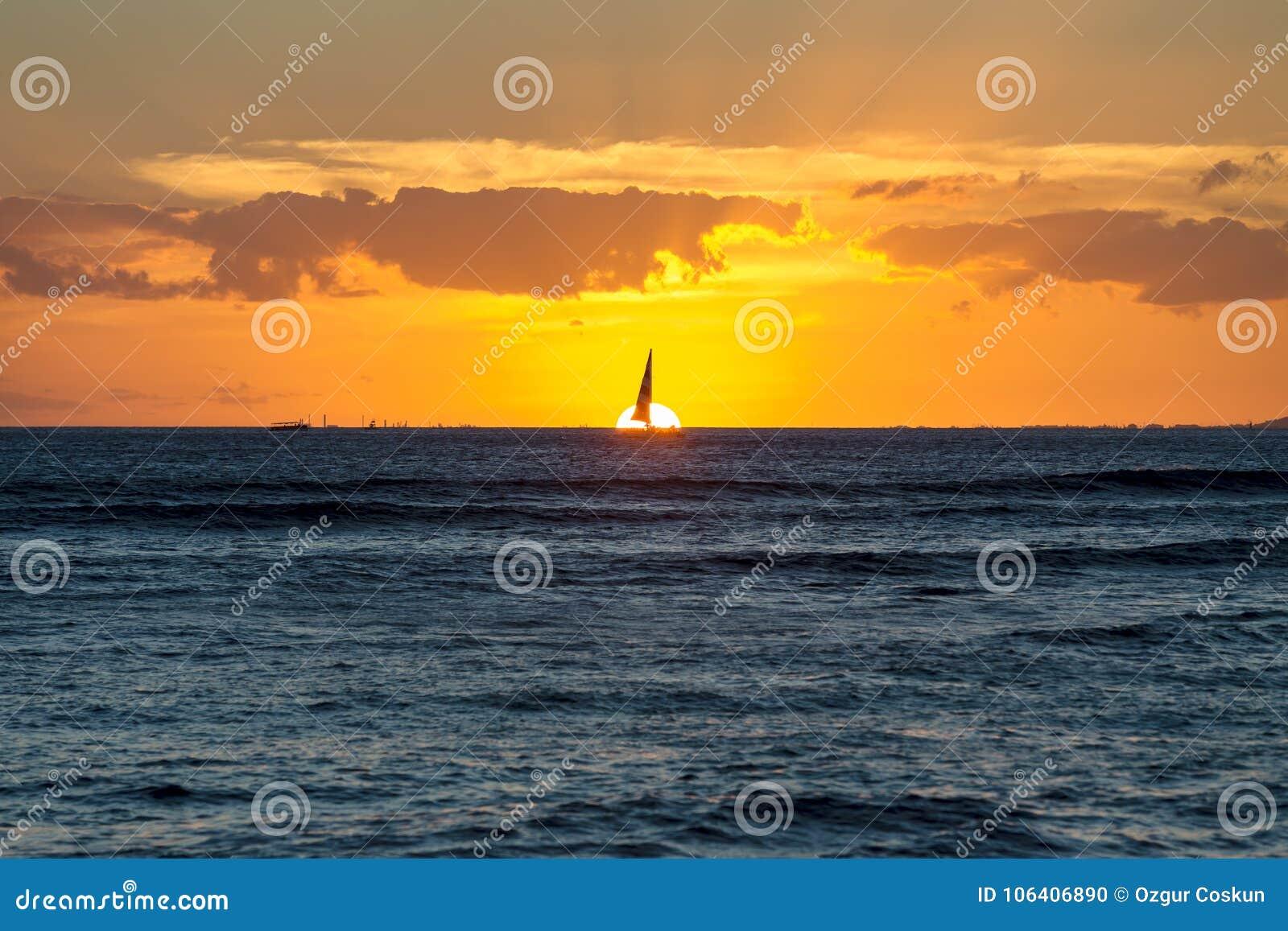 Δραματικό φλογερό πορτοκαλί της Χαβάης ηλιοβασίλεμα