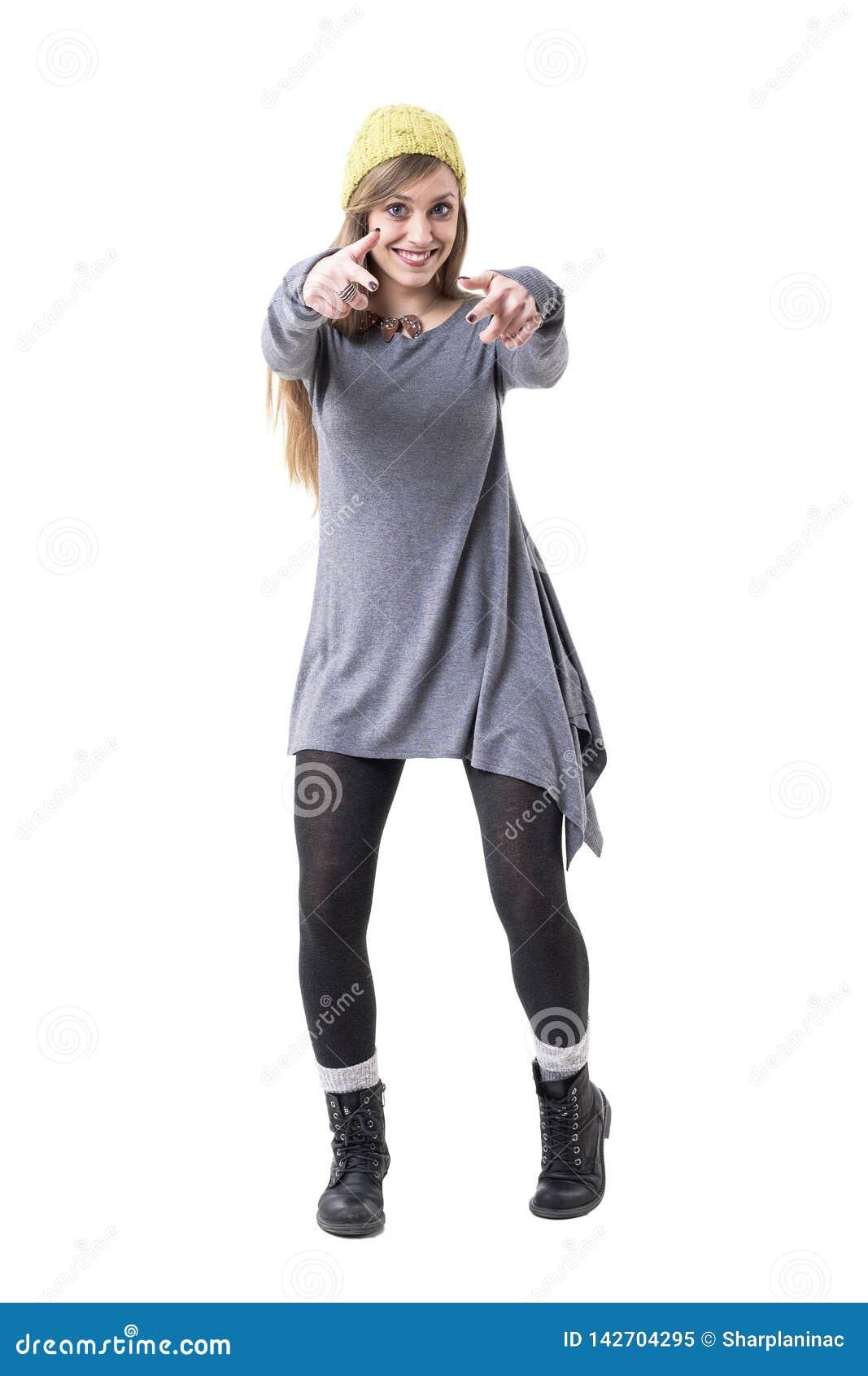 Δροσερή φοβιτσιάρης μοντέρνη νέα ευτυχής γυναίκα στην τινίκ που δείχνει και που επιλέγει σας ως νικητή