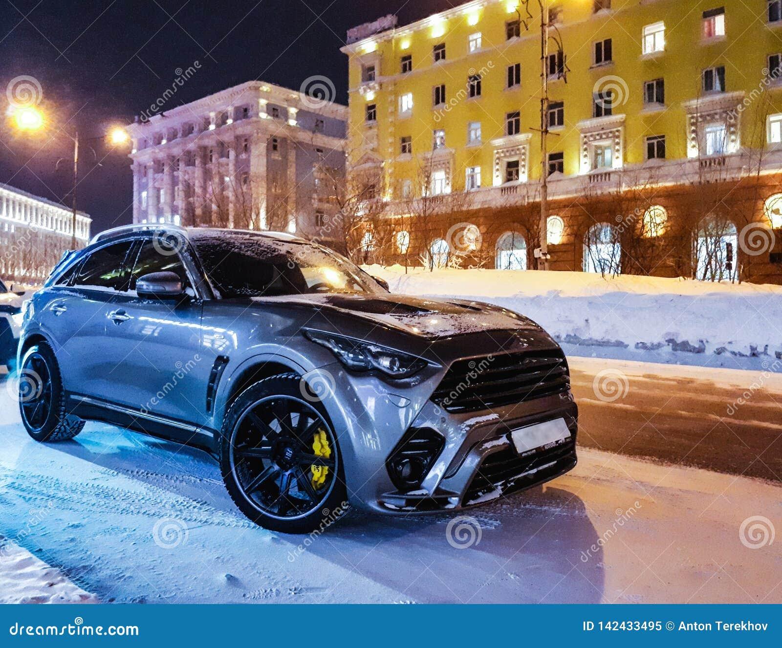 Δροσερό αυτοκίνητο σε μια χιονώδη οδό τη νύχτα