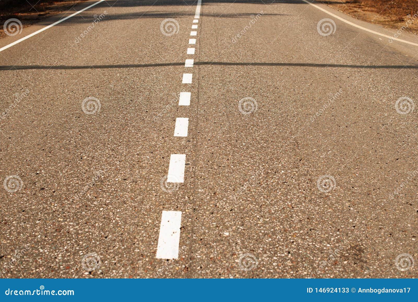 Δρόμος ασφάλτου με τα άσπρα σημάδια