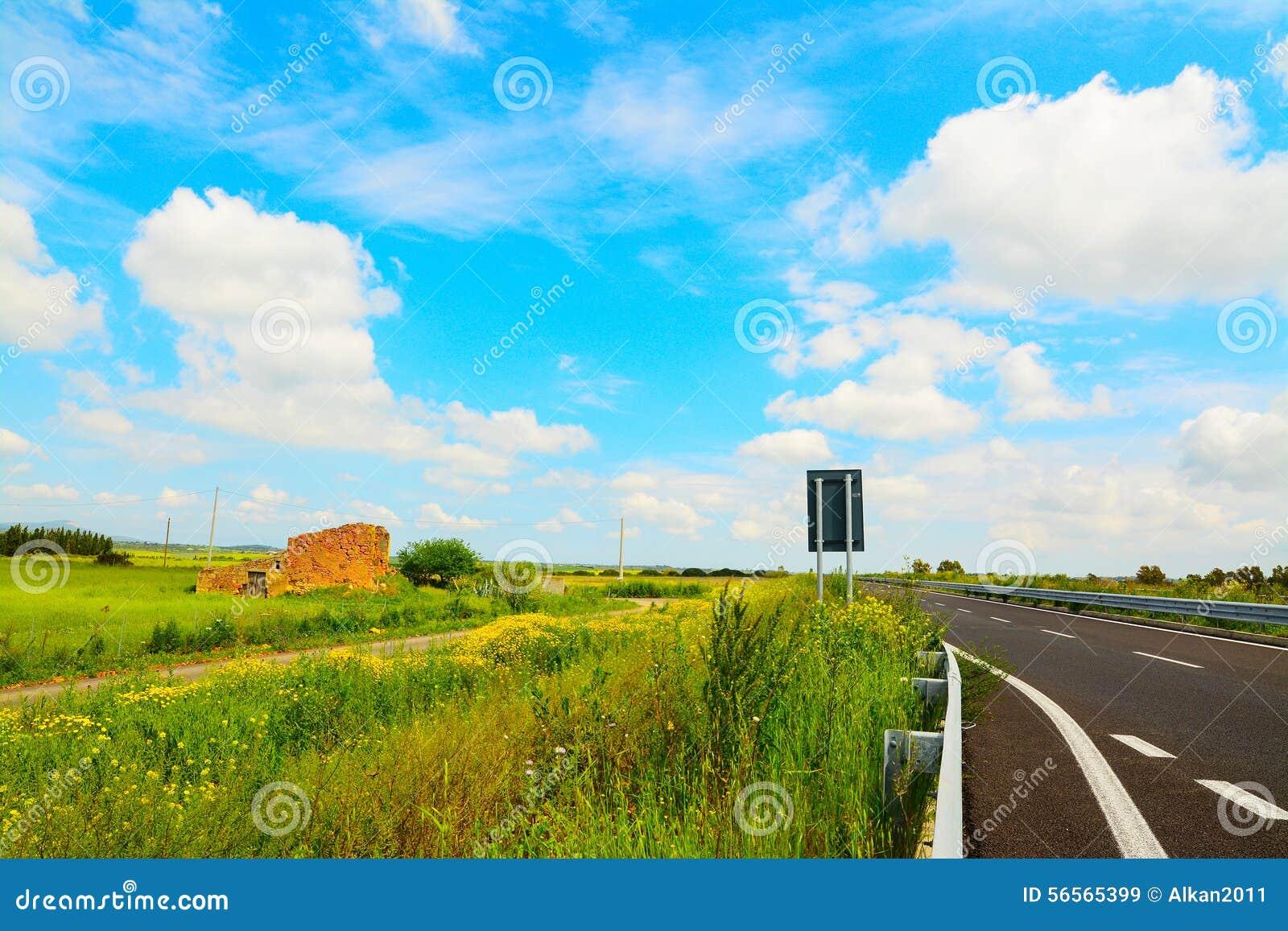 Download Δρόμος κάτω από έναν νεφελώδη ουρανό Στοκ Εικόνα - εικόνα από φύση, έδαφος: 56565399