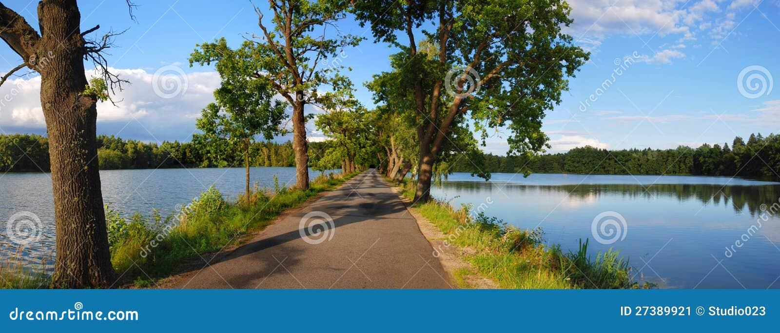 Δρόμος μεταξύ των λιμνών
