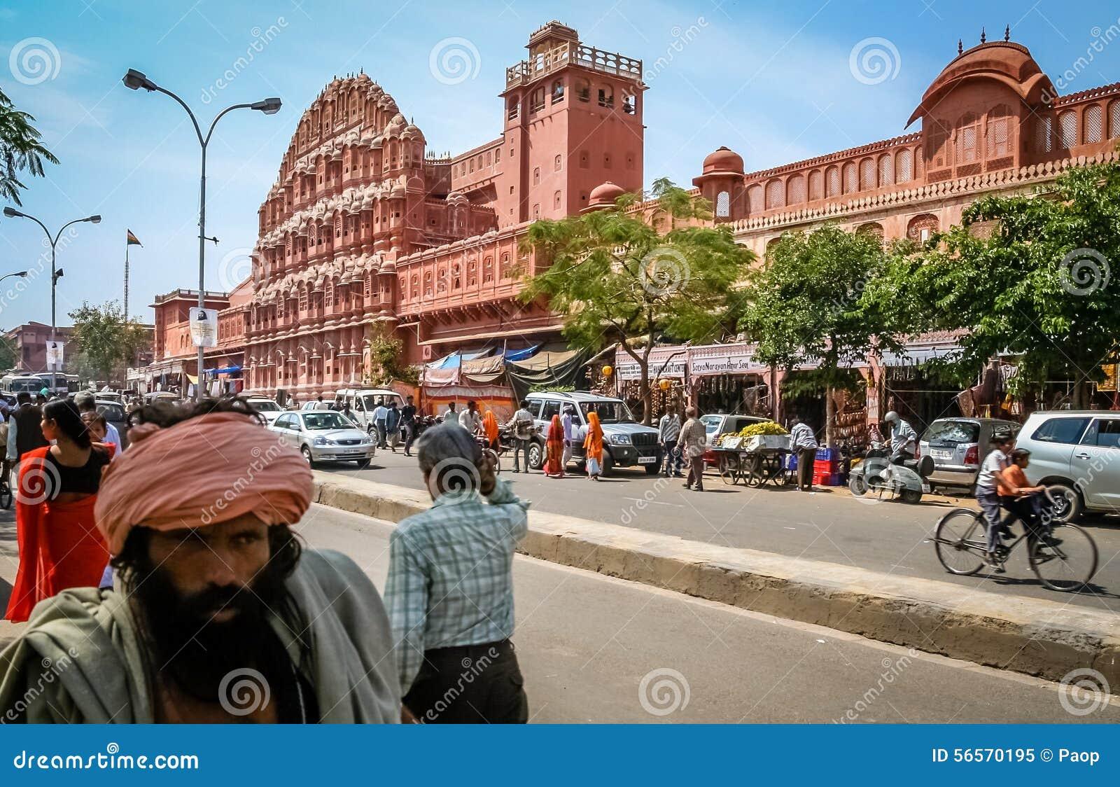 Download Δρόμος με έντονη κίνηση μπροστά από Hawa Mahal Εκδοτική εικόνα - εικόνα από καλλιέργεια, πρόσοψη: 56570195