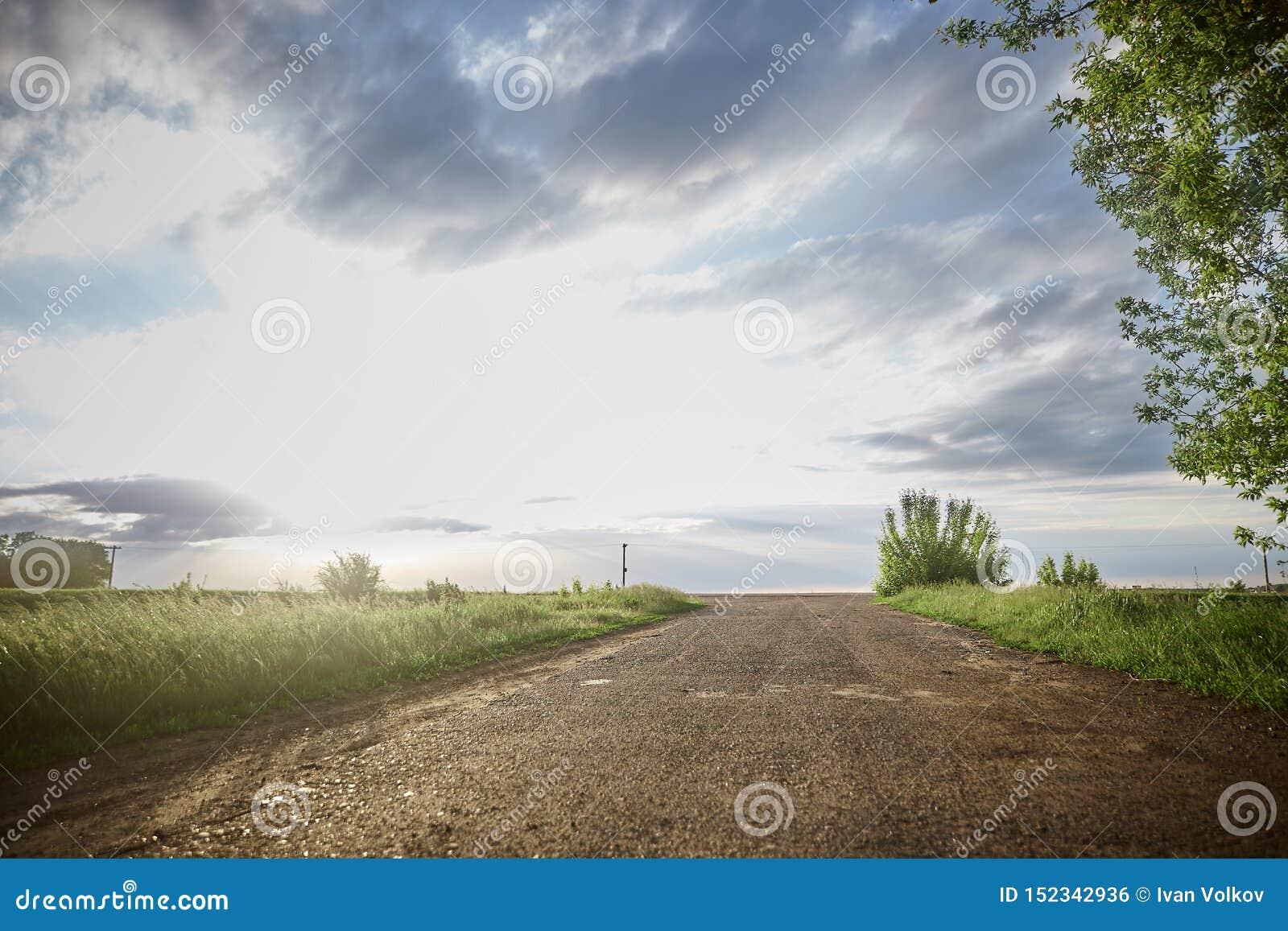 Δρόμος στον ορίζοντα τομέας, ουρανός, σύννεφα, καθαρός αέρας