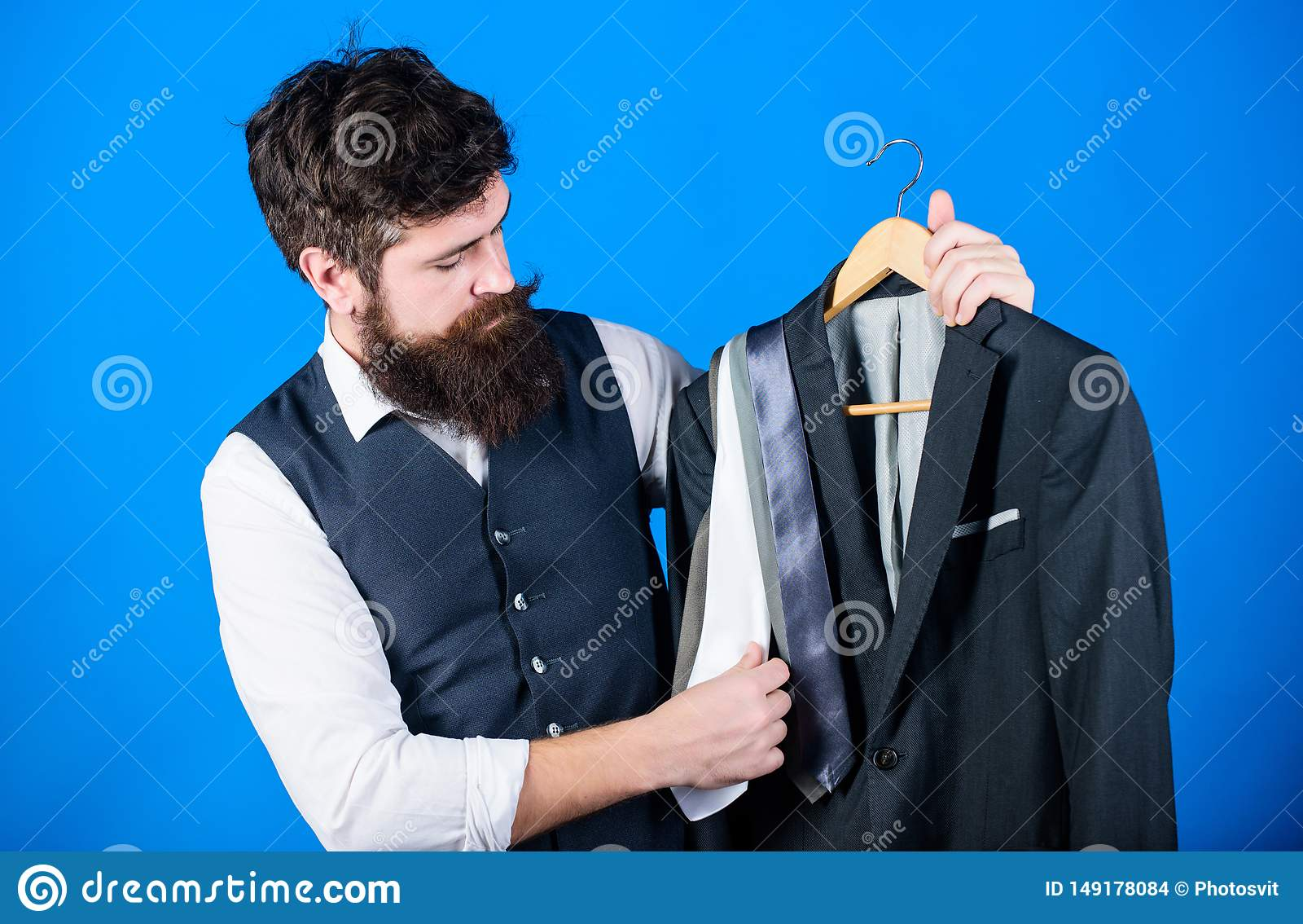 Δυσκολία που επιλέγει τη γραβάτα E Ταιριάζοντας με εξάρτηση γραβατών Γενειοφόρο hipster ατόμων