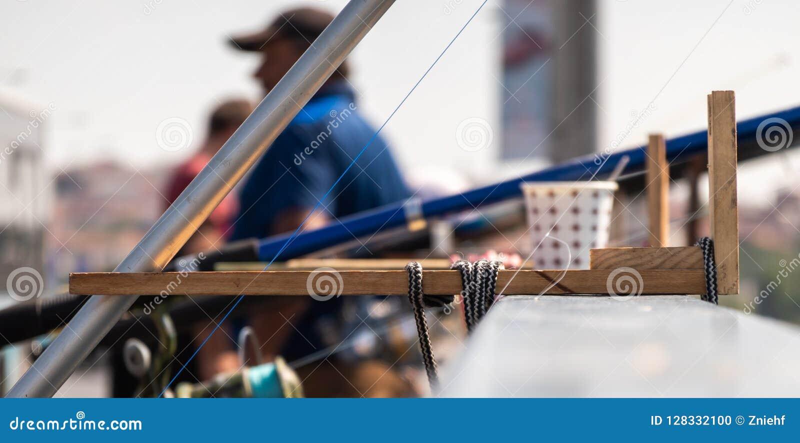 Δυσνόητη και έξυπνη εφεύρεση για την ένωση μιας ράβδου αλιείας με το κιγκλίδωμα μιας γέφυρας