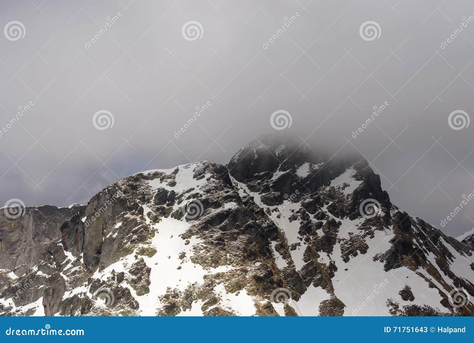 Δυτική πλευρά της μέγιστης συνόδου κορυφής Tre Signori μεταξύ των σύννεφων, Orobie