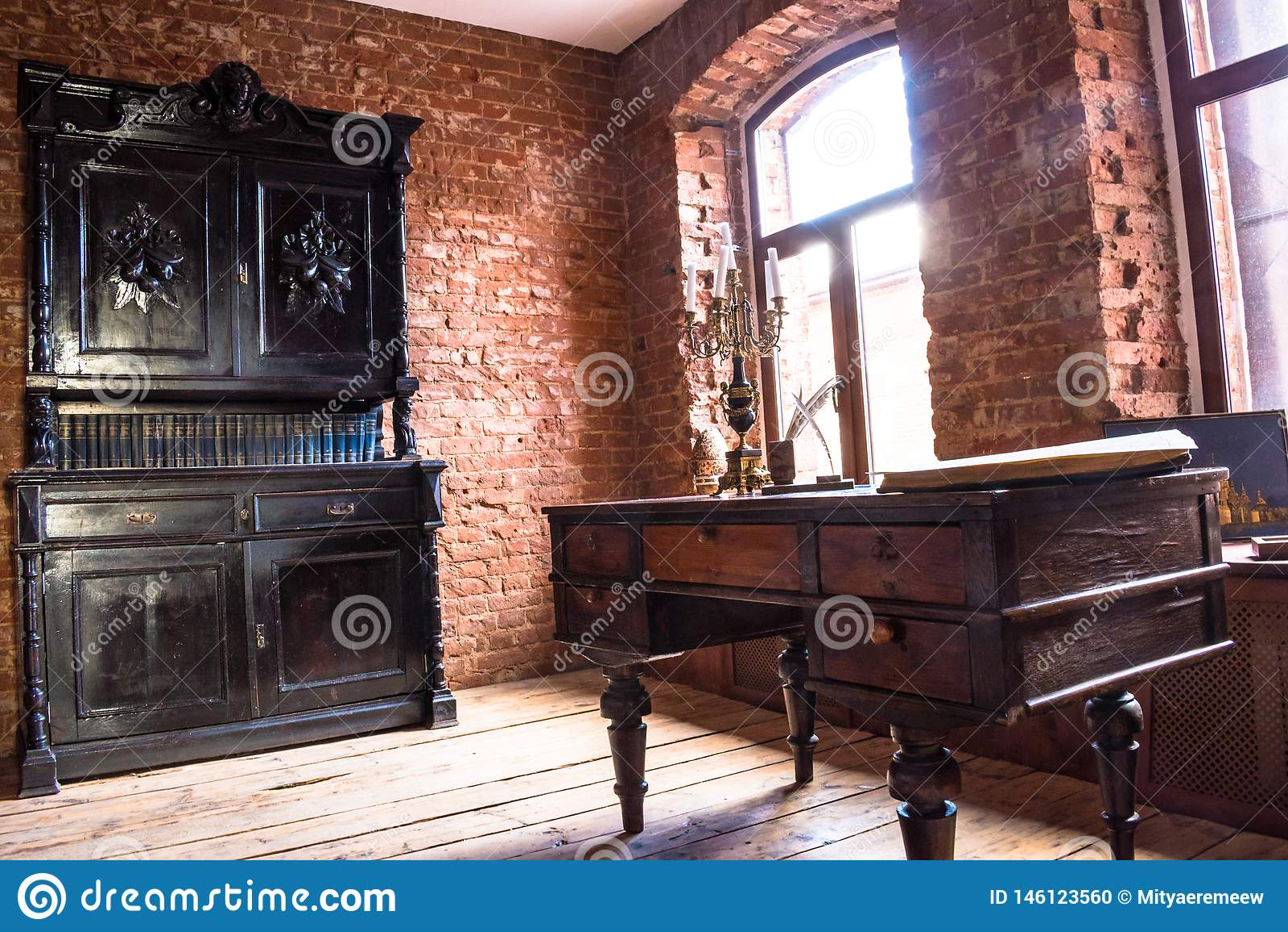Δωμάτιο στο παλαιό ύφος με ένα παλαιό παλαιό γραφείο ντουλαπών