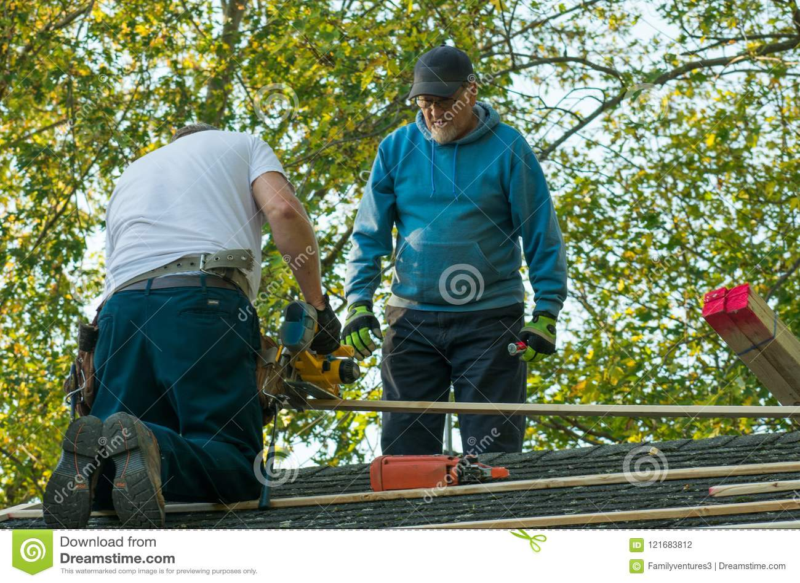 Δύο άτομα που εργάζονται στη στέγη
