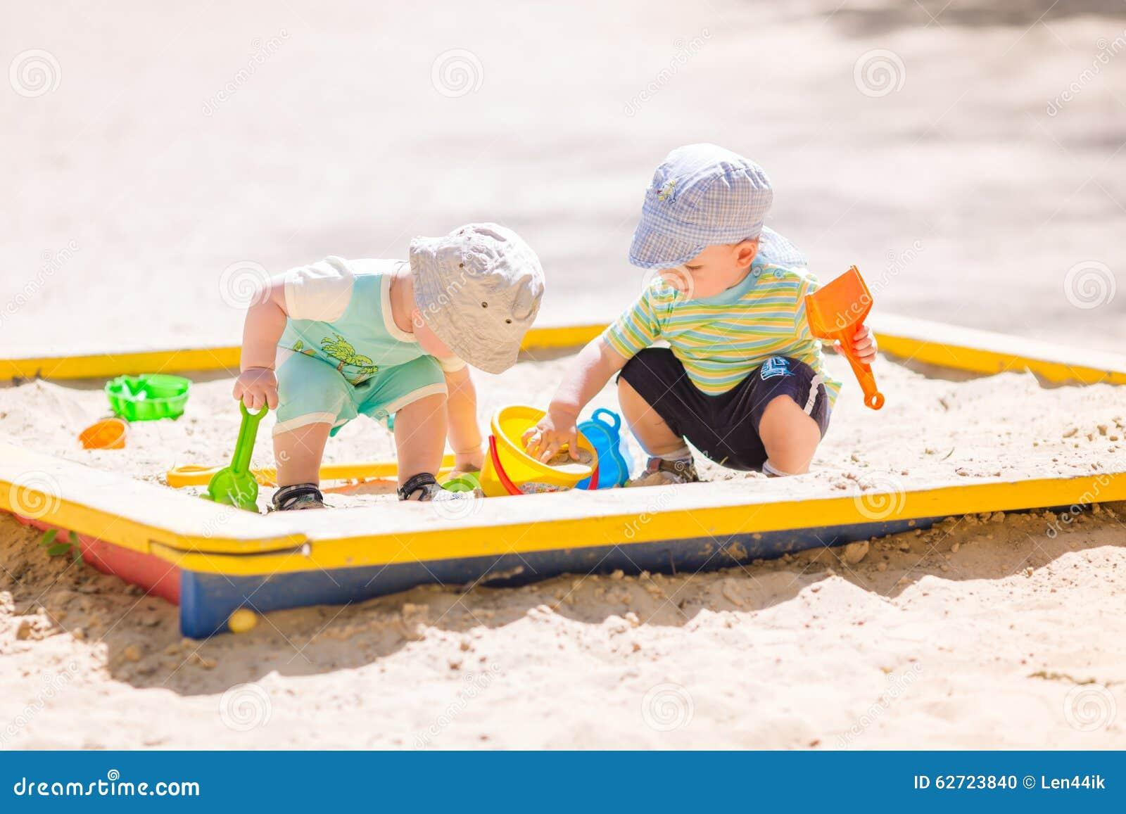 Download Δύο αγοράκια που παίζουν με την άμμο Στοκ Εικόνες - εικόνα από χαρά, babylonia: 62723840