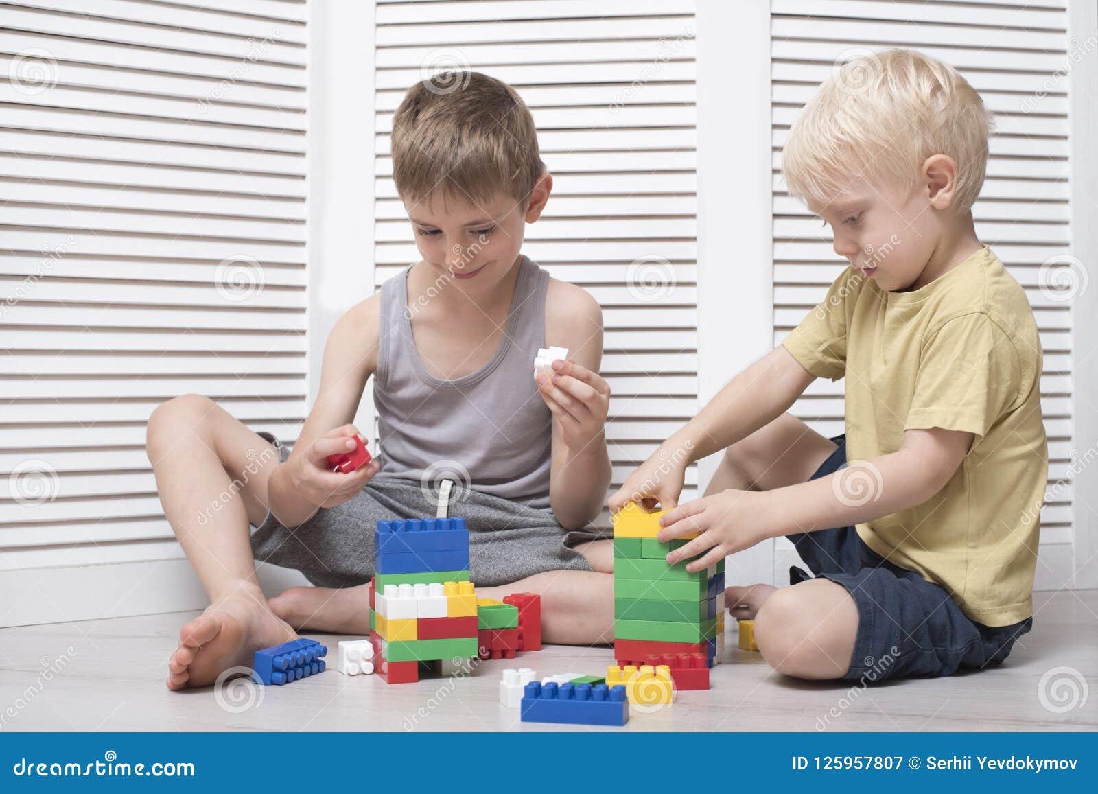 Δύο αγόρια παίζουν έναν σχεδιαστή Επικοινωνία και φιλία