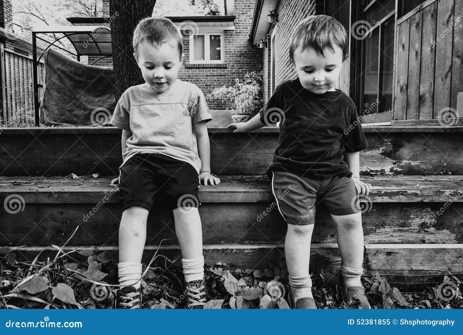 Δύο αγόρια που κάθονται έξω από κοινού