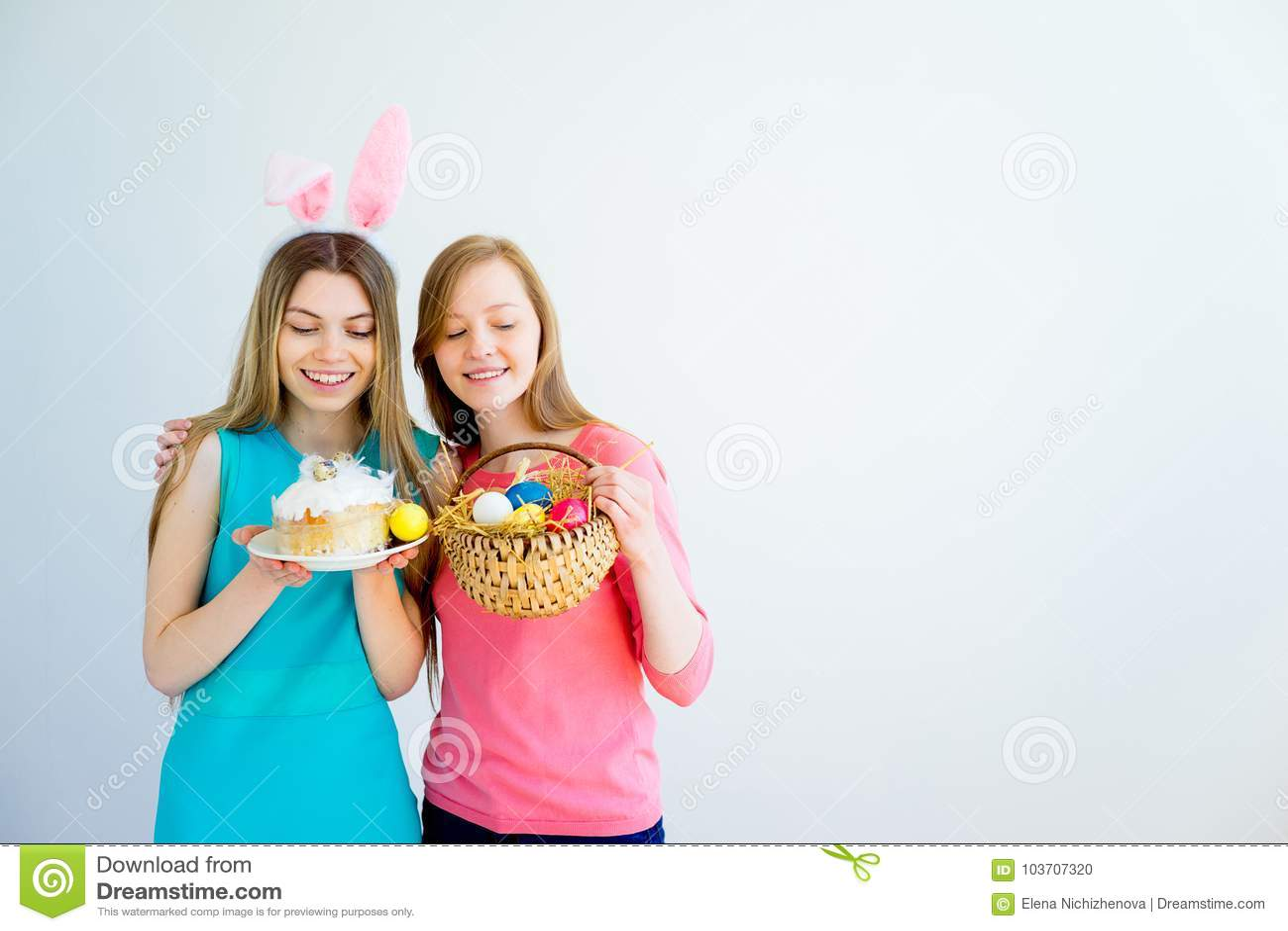 Δύο αδελφές εφήβων που γιορτάζουν Πάσχα