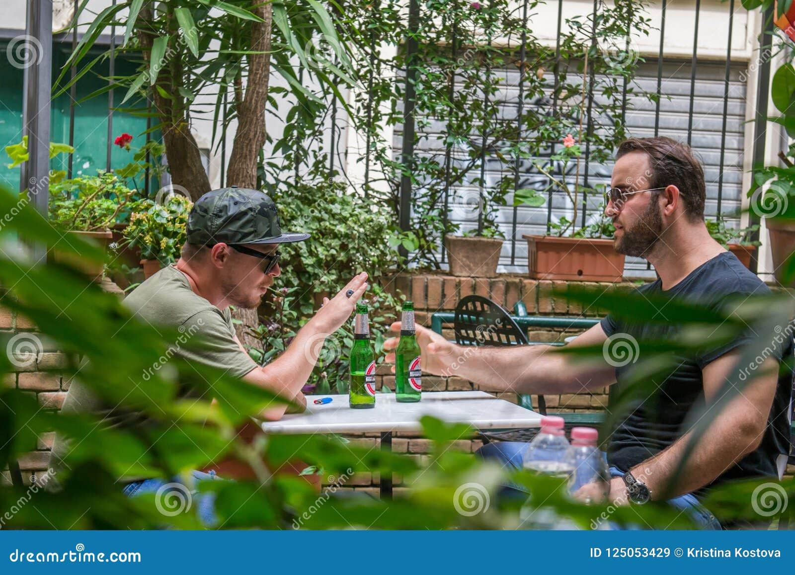 Δύο αλβανικοί τύποι μαφιών καπνίζουν και πίνουν