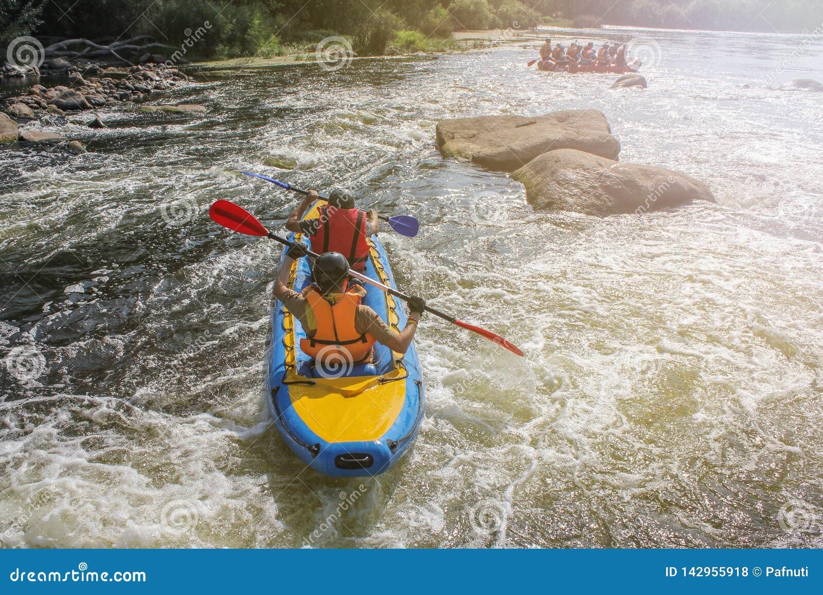 Δύο ανθρώπων στον αθλητισμό ποταμών, άκρου και διασκέδασης στο τουριστικό αξιοθέατο