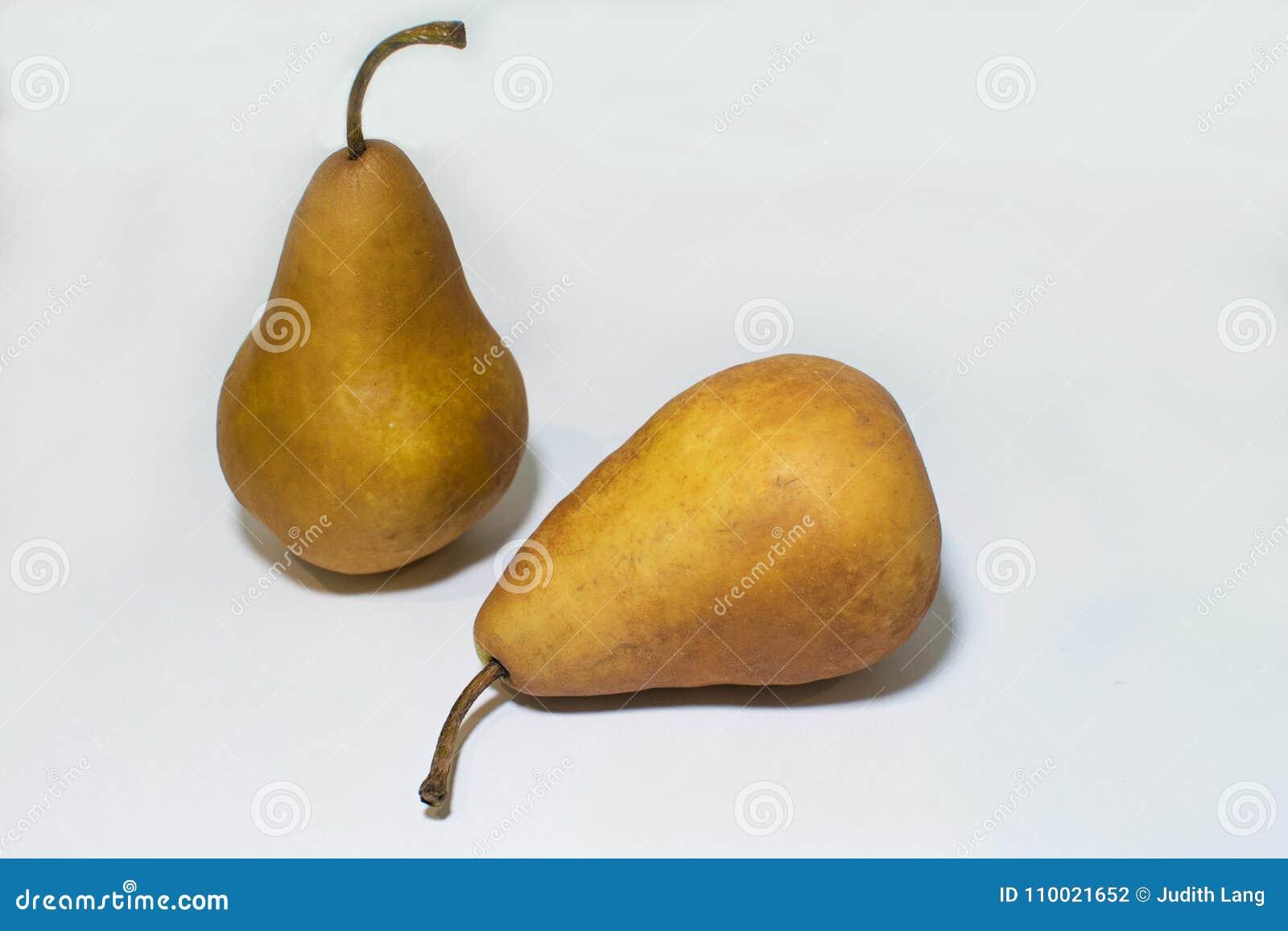 Δύο αχλάδια, ένα που στέκονται πίσω από αυτό που καθορίζει στο μέτωπο