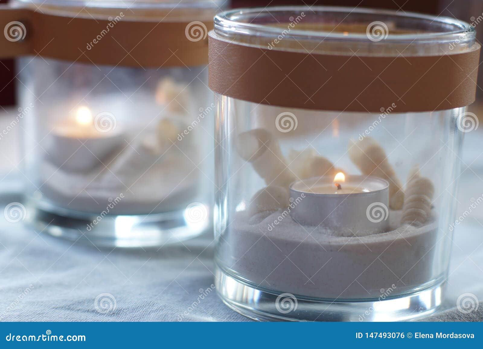 Δύο γυαλιά με το κάψιμο των κεριών στον πίνακα, ήπια μπλε γάμμα