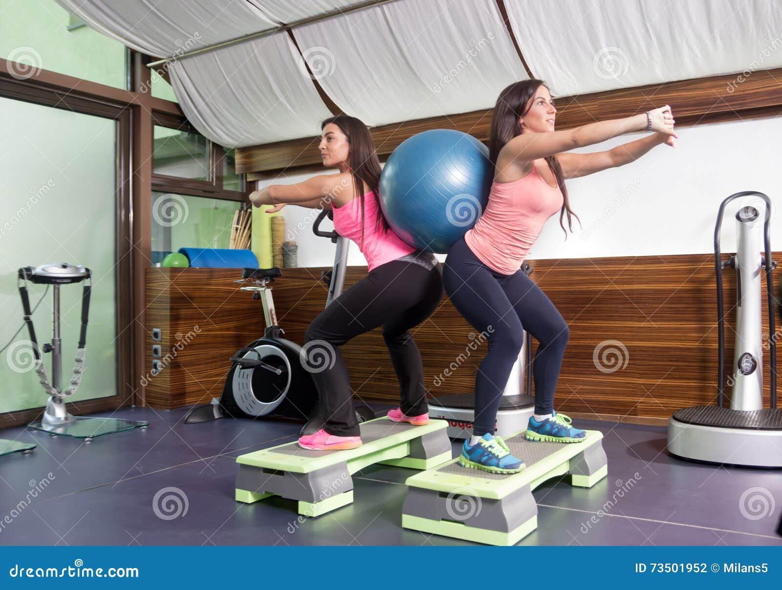 Δύο γυναίκες ασκούν τις πλάτες σφαιρών σταθερότητας