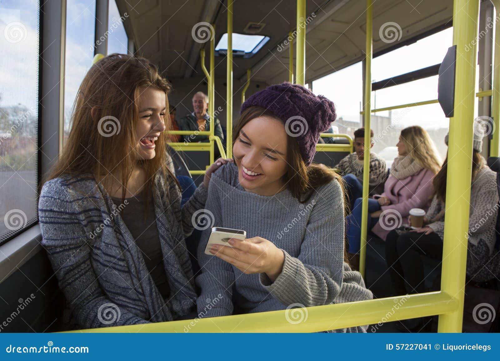 Δύο γυναίκες στο λεωφορείο