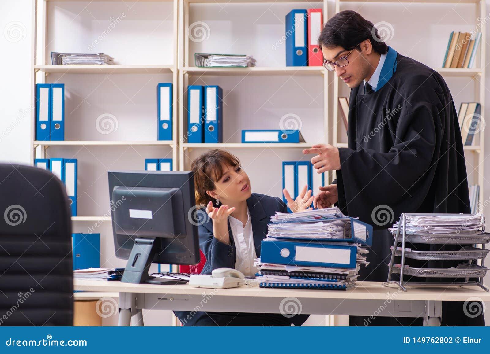 Δύο δικηγόροι που εργάζονται στο γραφείο