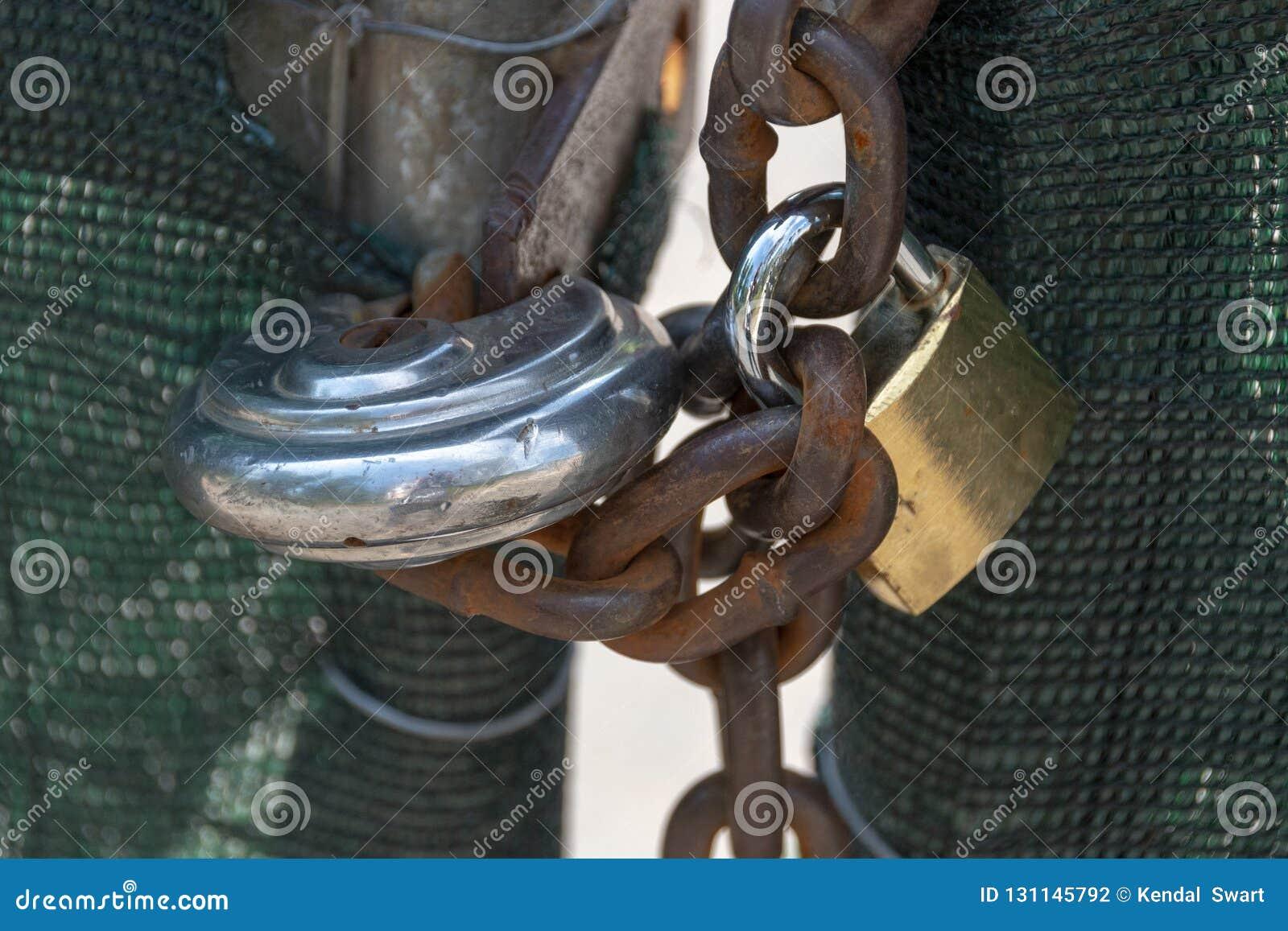 Δύο κλειδώματα και μια αλυσίδα