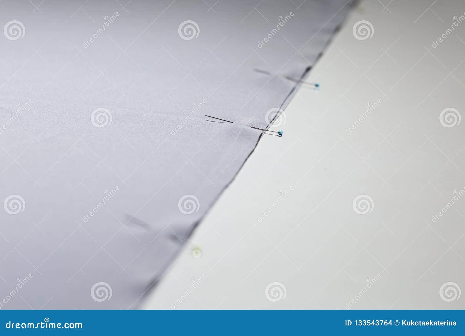 Δύο κομμάτια του υφάσματος που στερεώνεται με τις βελόνες Προσαρμόζοντας βιομηχανία