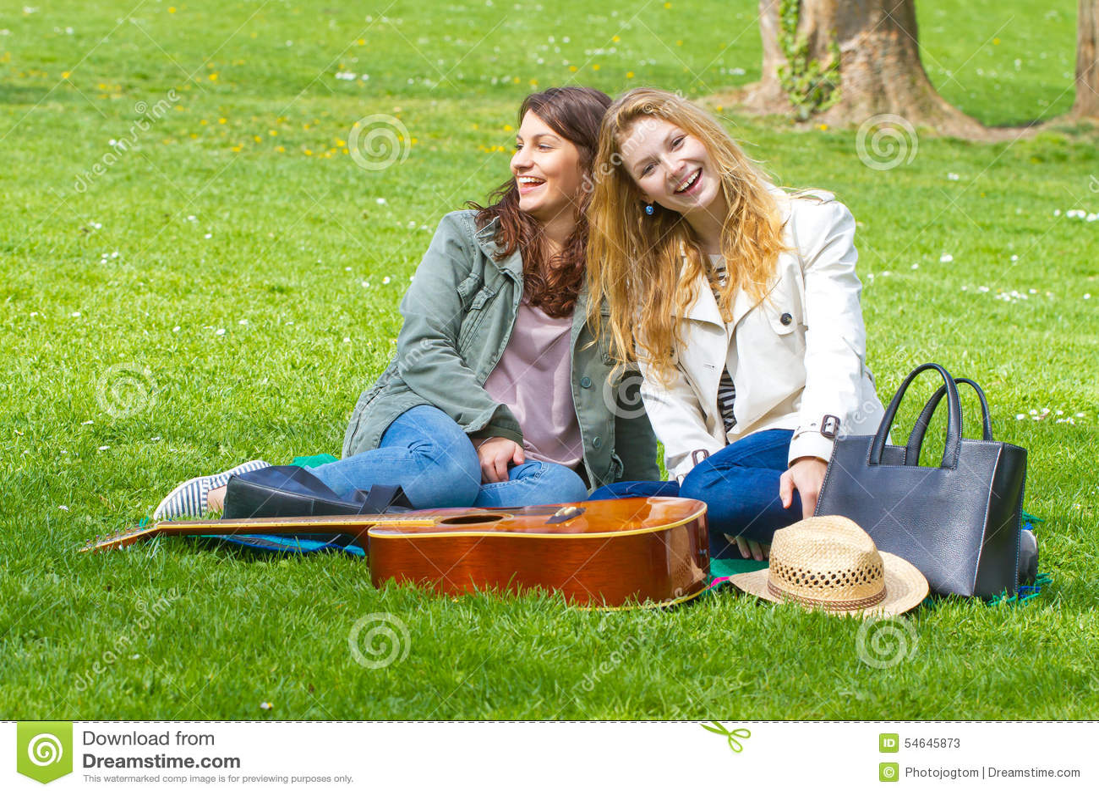 Δύο κορίτσια που έχουν τη διασκέδαση στο πάρκο