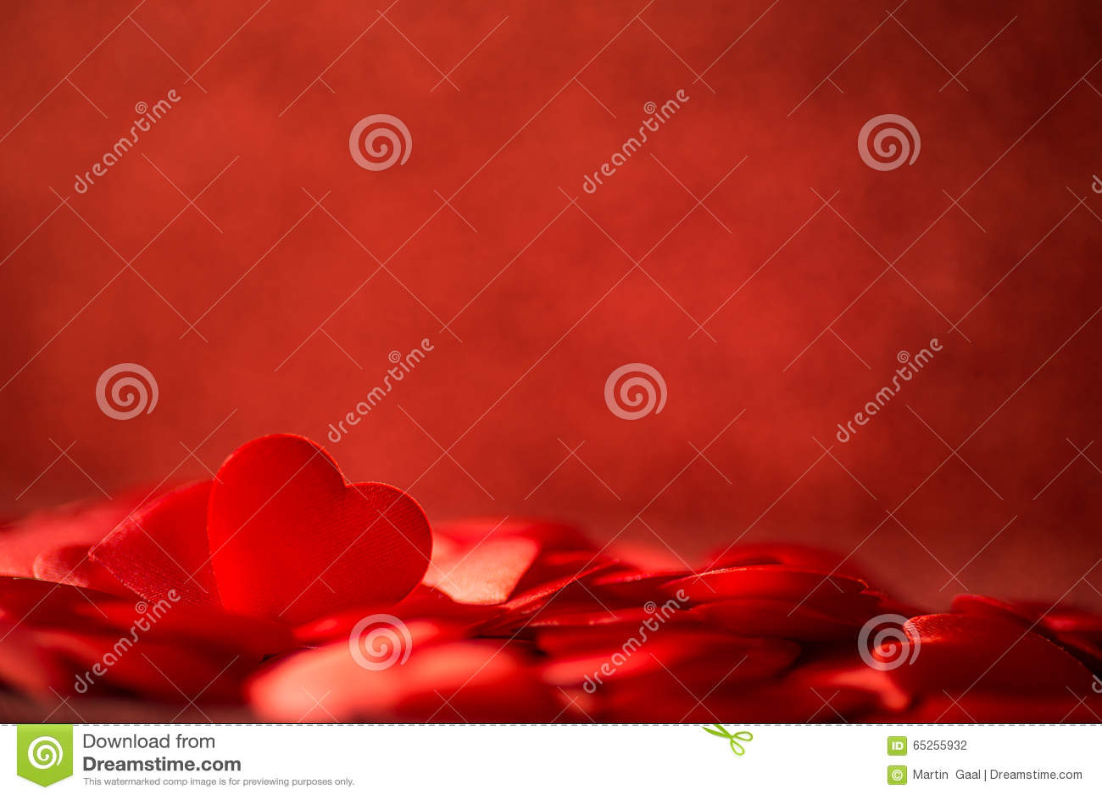 Δύο κόκκινες καρδιές σατέν στο κόκκινο υπόβαθρο ημέρας υποβάθρου, βαλεντίνων ή μητέρων, αγαπούν
