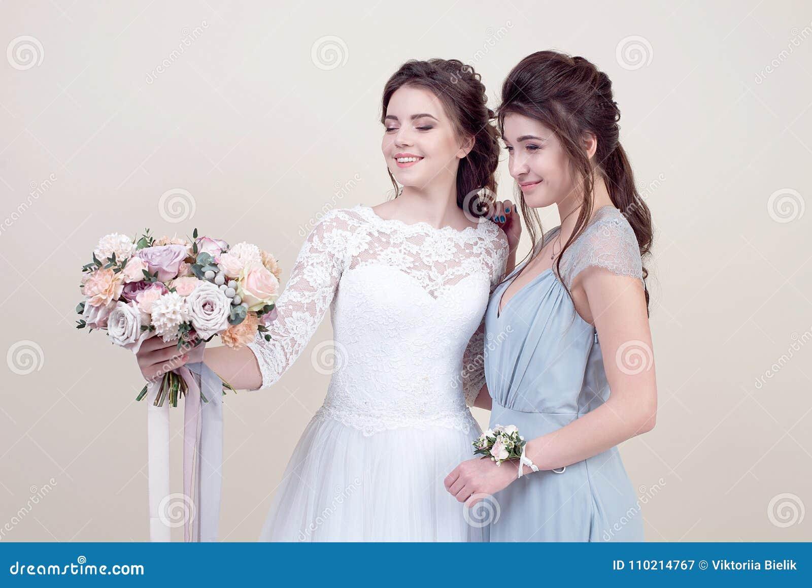 439f69638958 Δύο λατρευτές γυναίκες που φορούν στα μακριά μοντέρνα φορέματα Στοκ ...